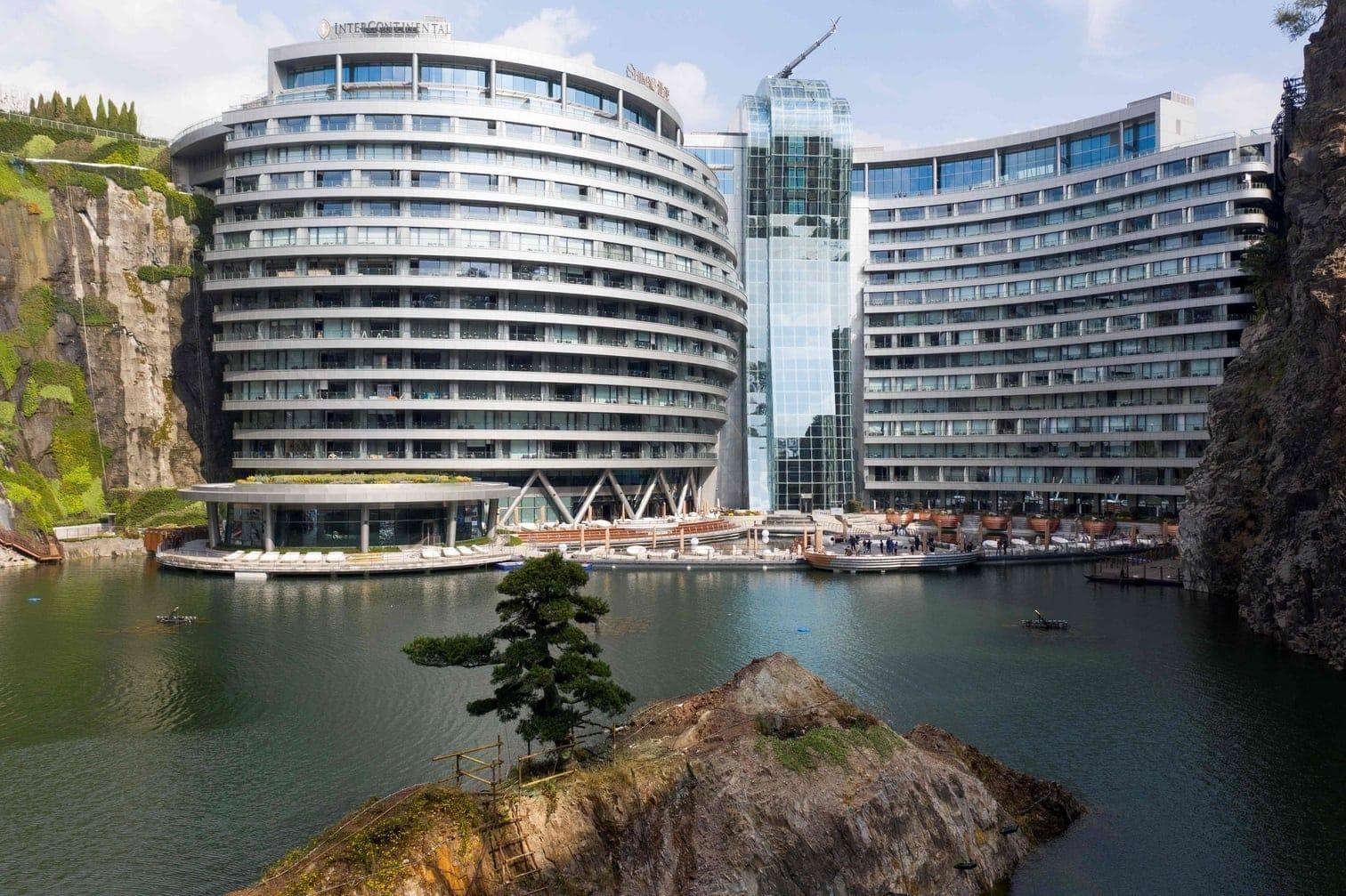 <p>Der britische Architekt Martin Jochman platzierte das 18-stöckige Intercontinental Shanghai Wonderland in die gewaltige Grube