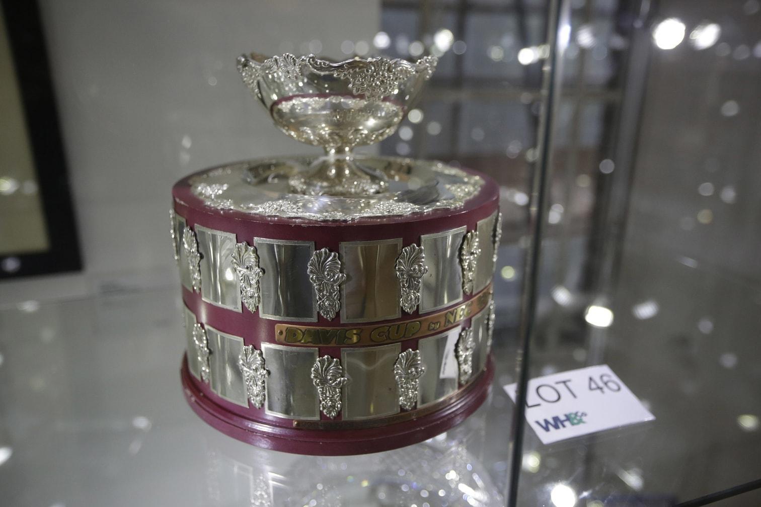 eine Replika des Wimbledon-Pokals - mehr als 80 persönliche Gegenstände des ehemaligen Tennisstars werden derzeit in London in einer Galerie gezeigt.</p> Foto: dpa