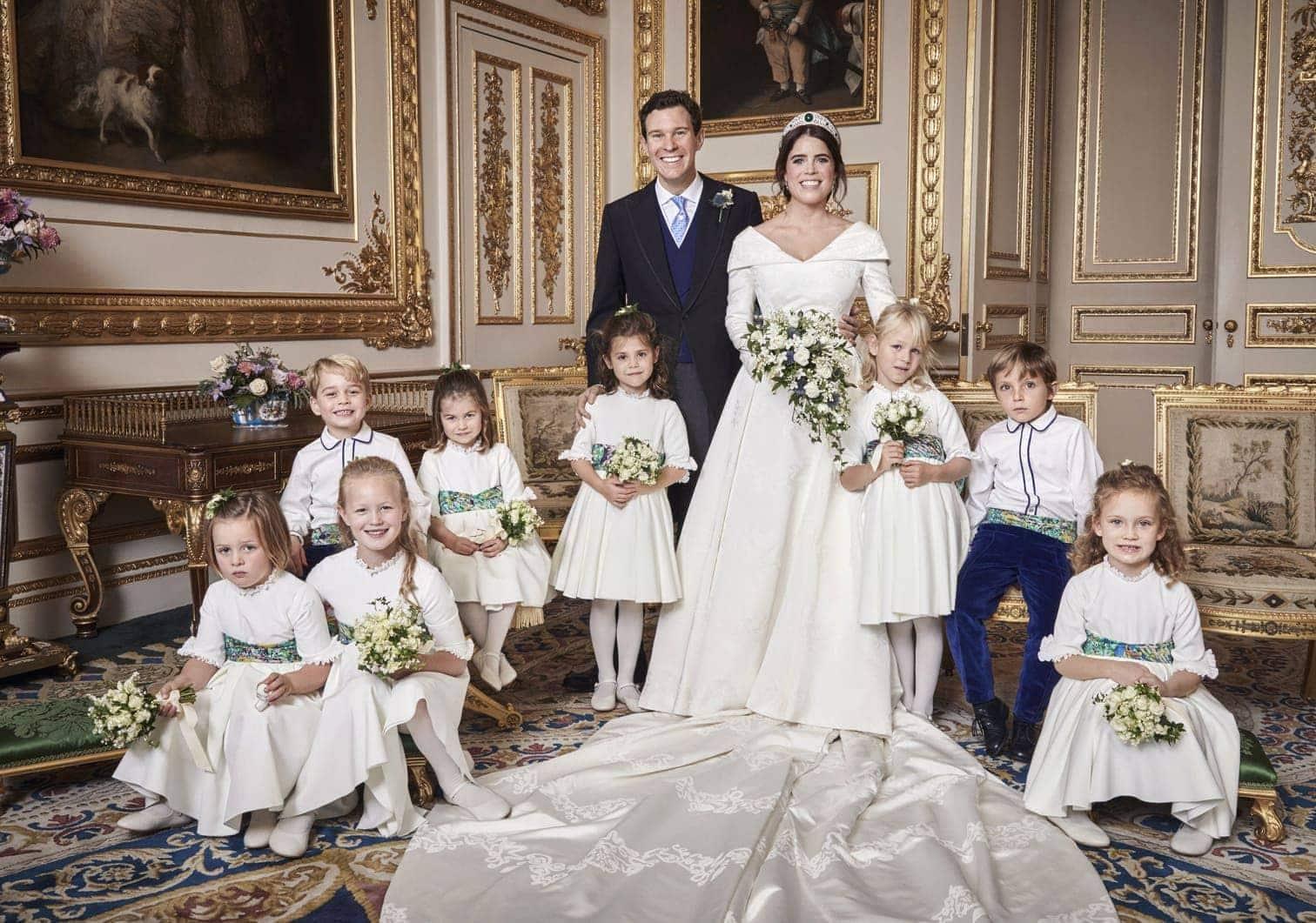 wie sie in der Hochzeitskutsche sitzen und sich küssen. Die romantisch anmutende Aufnahme sei auf der Rückfahrt von der Trauung in der schlosseigenen Kapelle zum Schloss Windsor entstanden