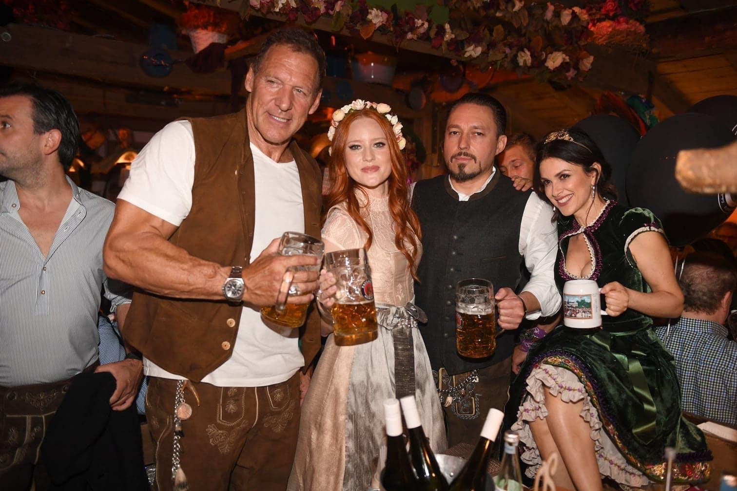 <p>Arnold Schwarzenegger und Schauspiel-Kollege Ralf Möller statteten der Wiesn ebenfalls einen Besuch ab.</p> Foto: dpa