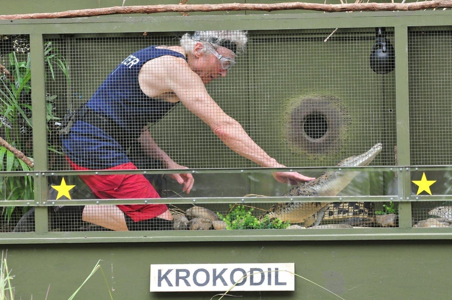 """<p>eit vor Ablauf der Zeit steht er strahlend und jubelnd mit fünf erkämpften Sternen vor Sonja Zietlow und Daniel Hartwich: """"Mission erfüllt! Crocodile Dundee meldet sich ab!&ldquo;</p> Foto: TV Now / Stefan Menne"""