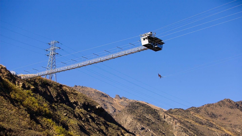 wie man seine Auserkorene stilsicher beeindruckt: mit einem Hubschrauberflug über der Millionen-Metropole Seattle. Hoch über der belebten Uferpromenade schwebt der Heli