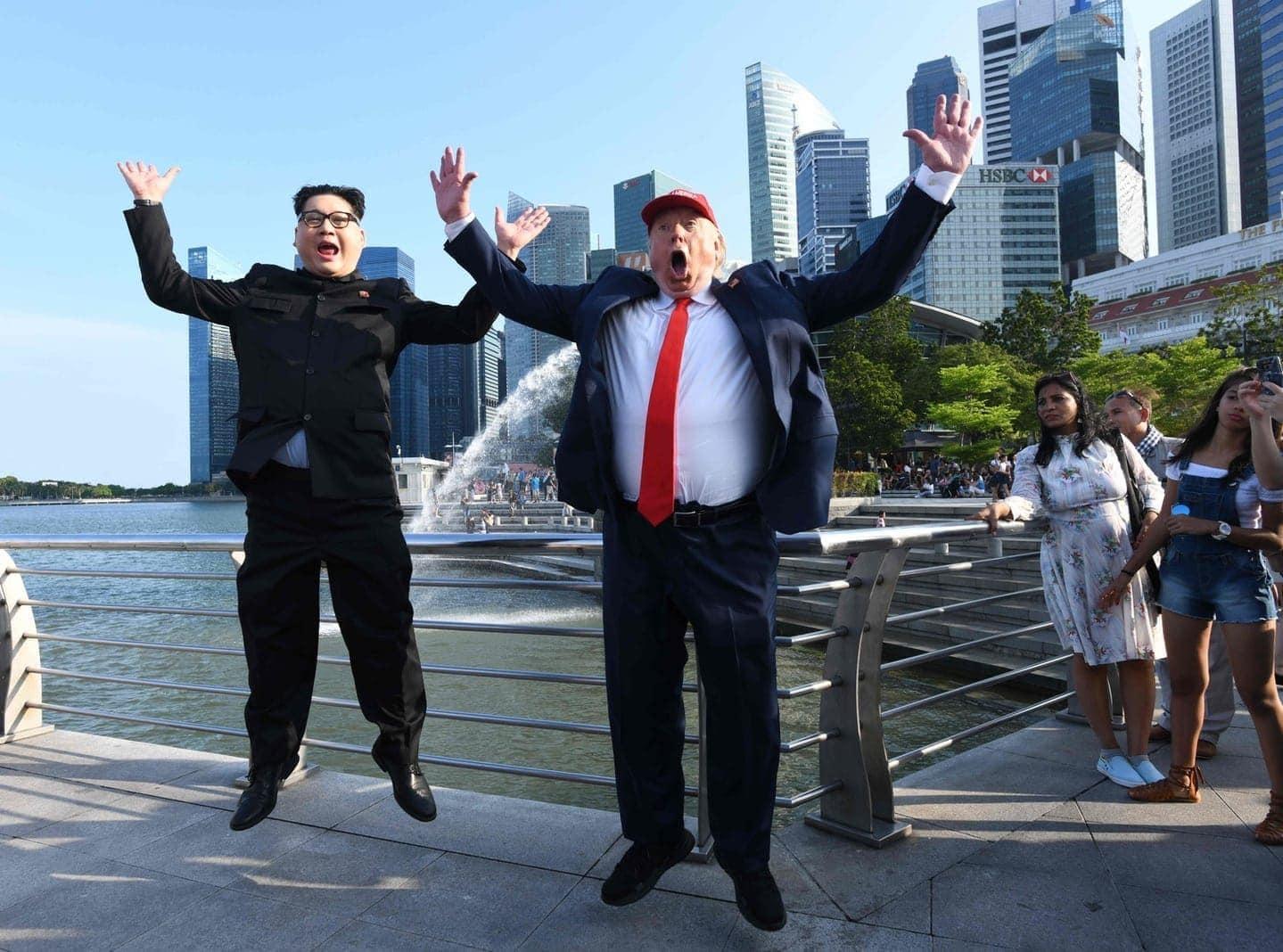 <p>Die Doppelgänger sind schon da: Vor dem Gipfel zwischen US-Präsident Donald Trump und Nordkoreas Machthaber Kim Jong Un haben zwei ähnlich aussehende Männer in Singapur schon einmal für Aufregung gesorgt.</p> Foto: AFP