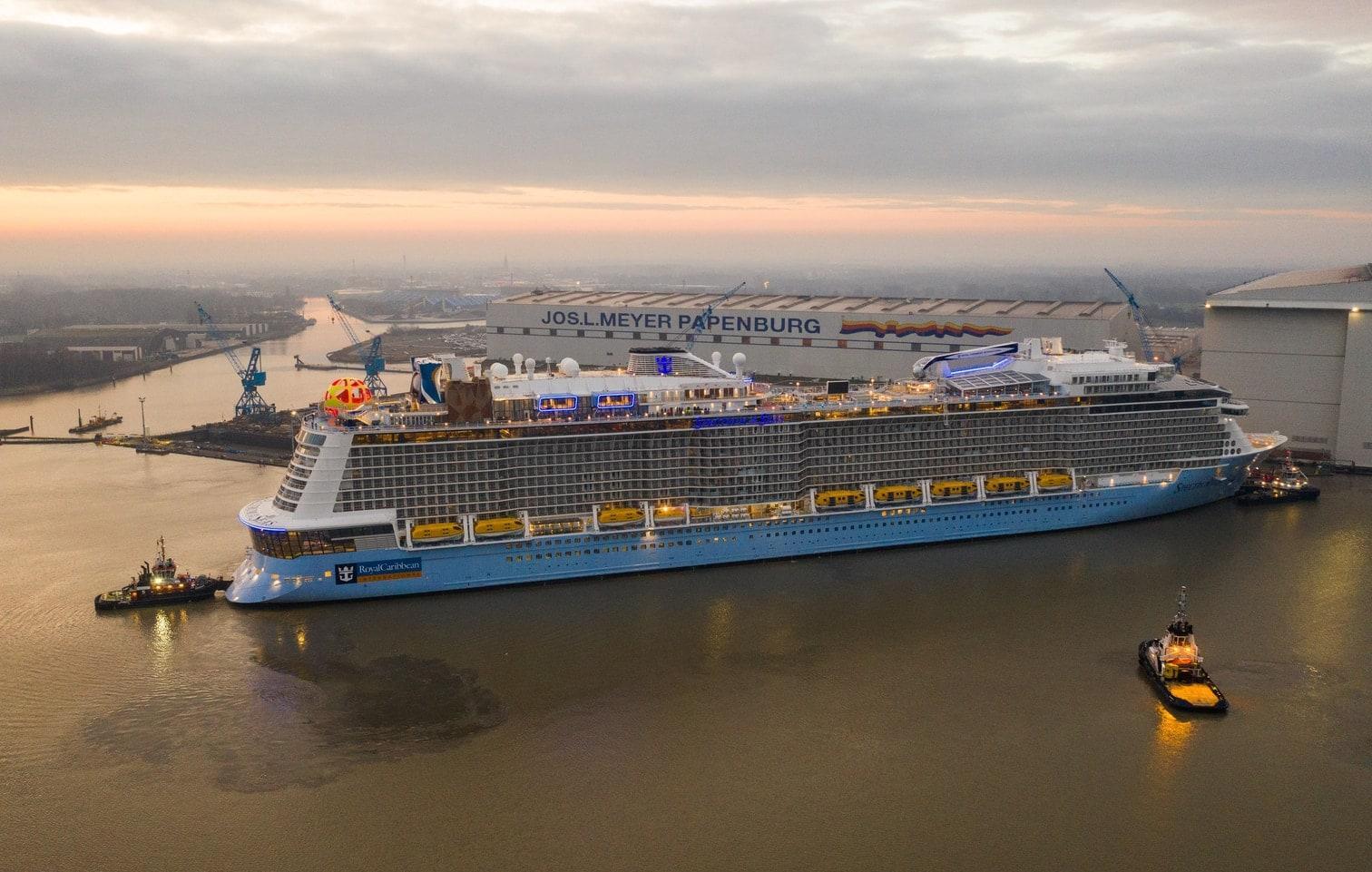 """<p>Der Kreuzfahrt-Gigant """"Spectrum of the Seas"""" ist aus der Meyer Werft in Papenburg in Richtung Nordsee überführt worden. Hier seht ihr die Bilder.</p> Foto: dpa/Christophe Gateau"""