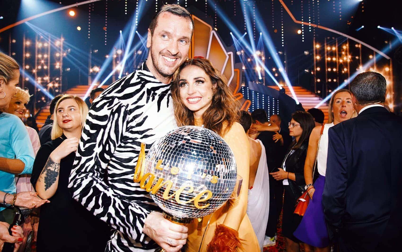 Ein verdienter Sieg: Pascal Hens und Ekaterina Leonova mit der Trophäe. Foto: TVNOW / Stefan Gregorowius