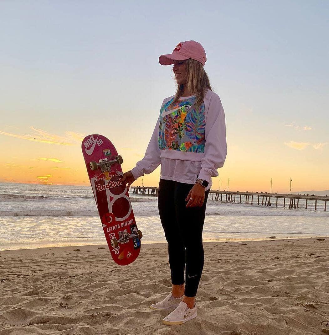 <p>Die 25-Jährige ist eine professionelle Skateboarderin und kann es auch auf den Händen.</p> Foto: Instagram/leticiabufoni