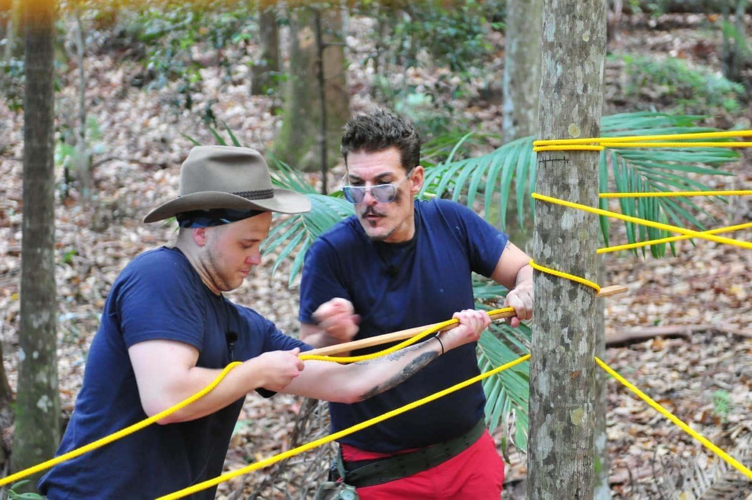 <p>Mit einer neunzig Zentimeter langen Stange müssen die beiden Promis die Länge der gespannten Seile ermitteln.</p> Foto: MG RTL D / Stefan Menne