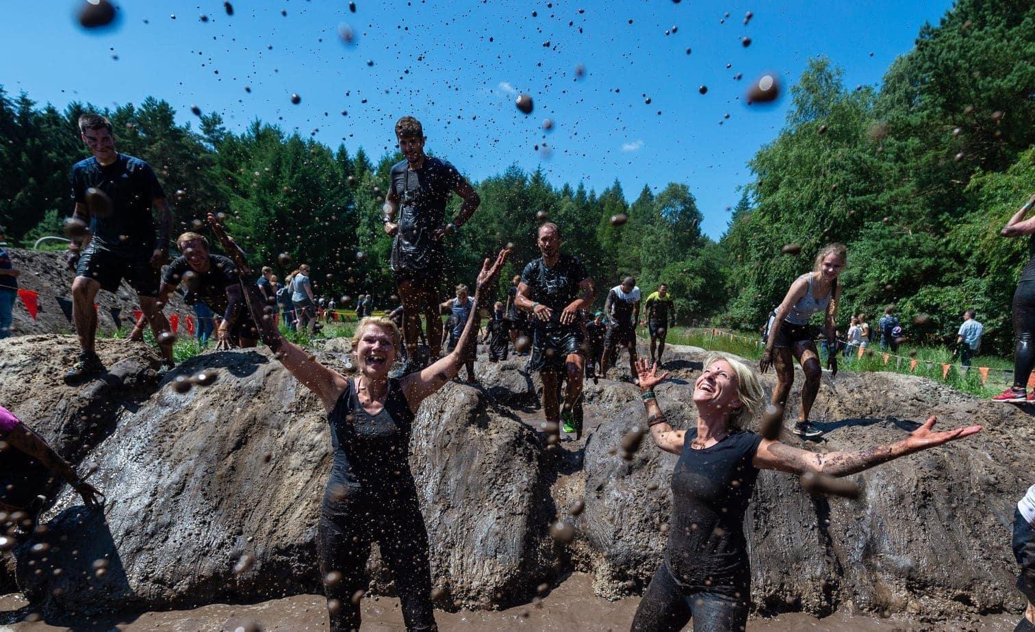 <p>In Hermannsburg in der Lüneburger Heide haben sich tausende Teilnehmer am Wochenende beim Tough Mudder durch tiefen Matsch und über viele Hindernisse gequält.</p> Foto: dpa