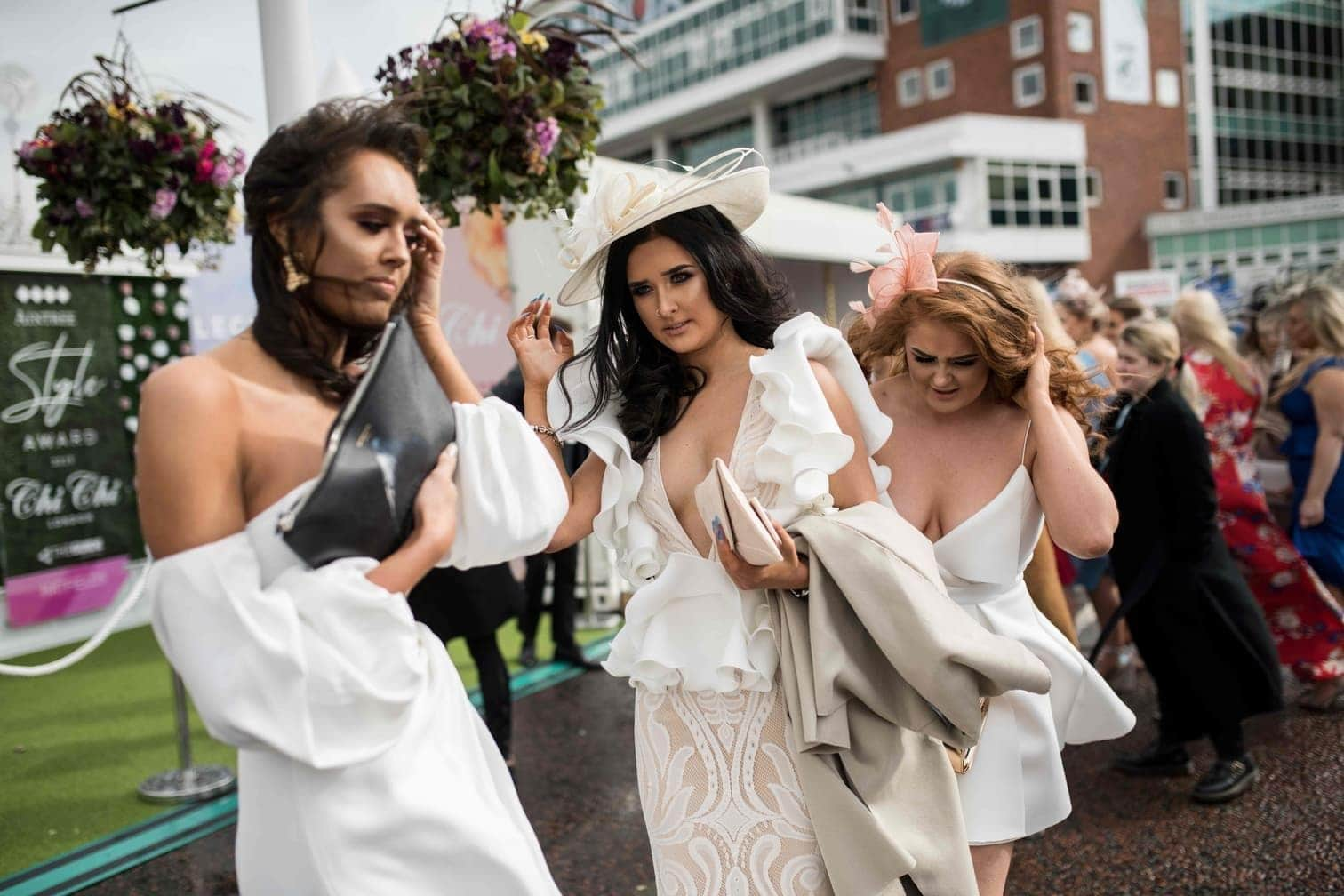 was andere denken. Die Engländerinnen feiern wild und quasi ohne Hemmungen.</p> Foto: AFP/Oli Scarff