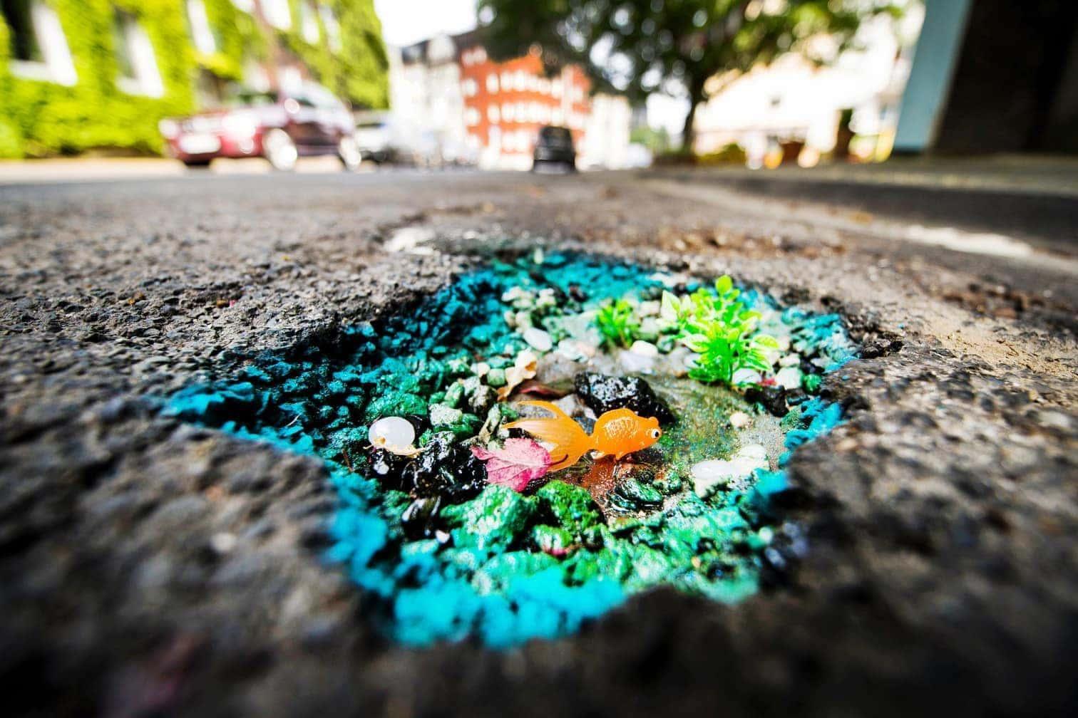 <p>Am Freitag wurde der mittlerweile bundesweit bekannte Straßen-Krater in Mönchengladbach mit durchsichtigem Kunstharz aufgefüllt. </p> Foto: dpa
