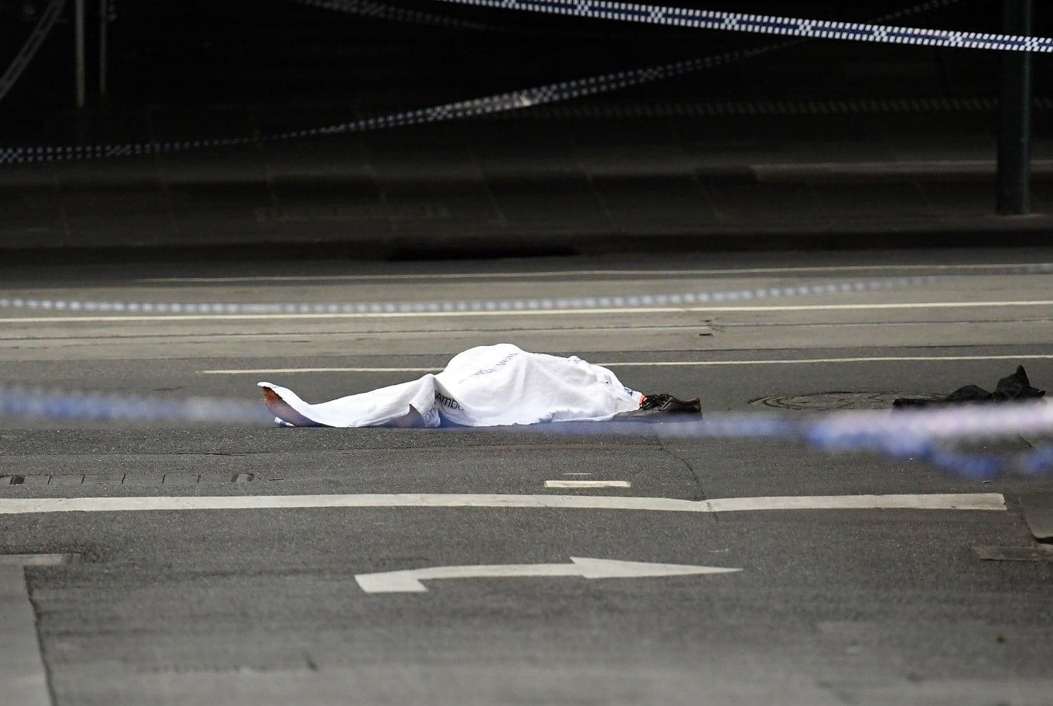 <p>Ein Mann hat in Melbourne am Freitag mehrere Menschen mit einem Messer attackiert und schwer verletzt. Mindestens eine Person ist dabei ums Leben gekommen. Zuvor hat der Täter sein Auto in Flammen gesteckt.</p> Foto: AFP