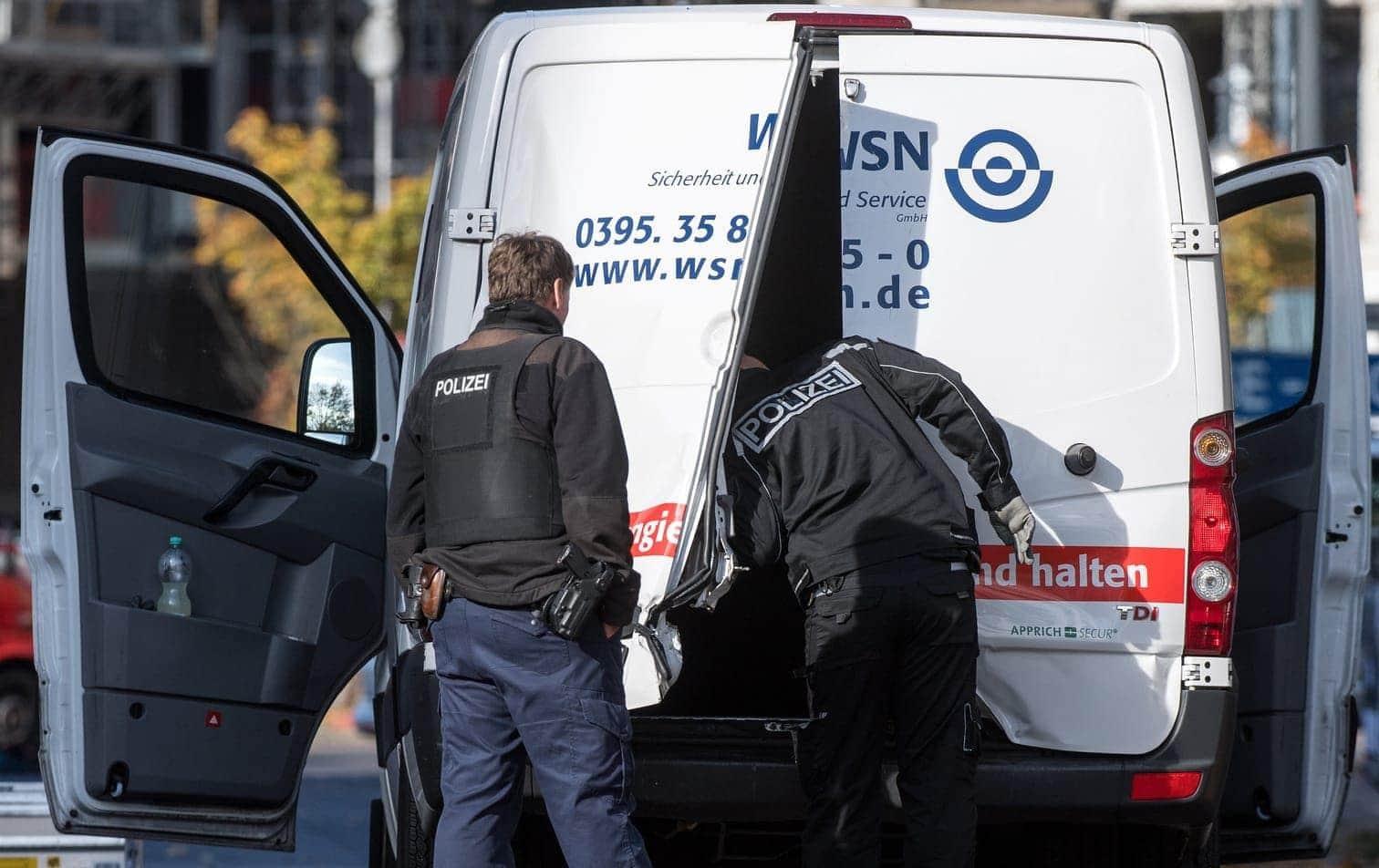 <p>Im Folgenden weitere Bilder vom Überfall auf den Geldtransporter in Berlin...</p> Foto: Bernd von Jutrczenka/dpa