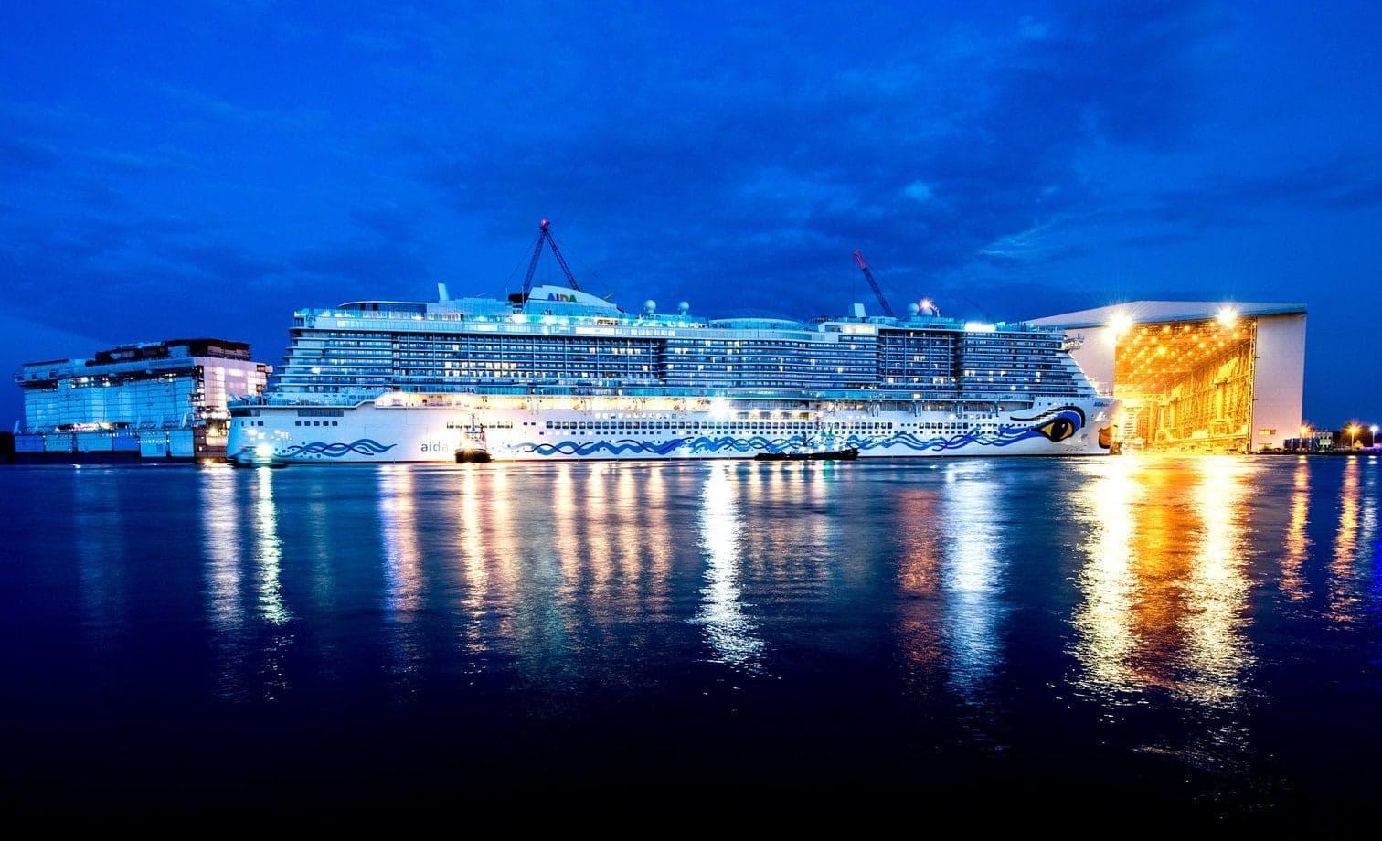 <p>Das Kreuzfahrtunternehmen AIDA Cruises hat am Freitagabend sein neuestes Schiff AIDAnova getauft. Auf dem komplett ausverkauften AIDA Open Air fand auf dem Gelände der Meyer Werft in Papenburg vor 25.000 Zuschauern die spektakuläre Taufshow statt.</p> Foto: dpa