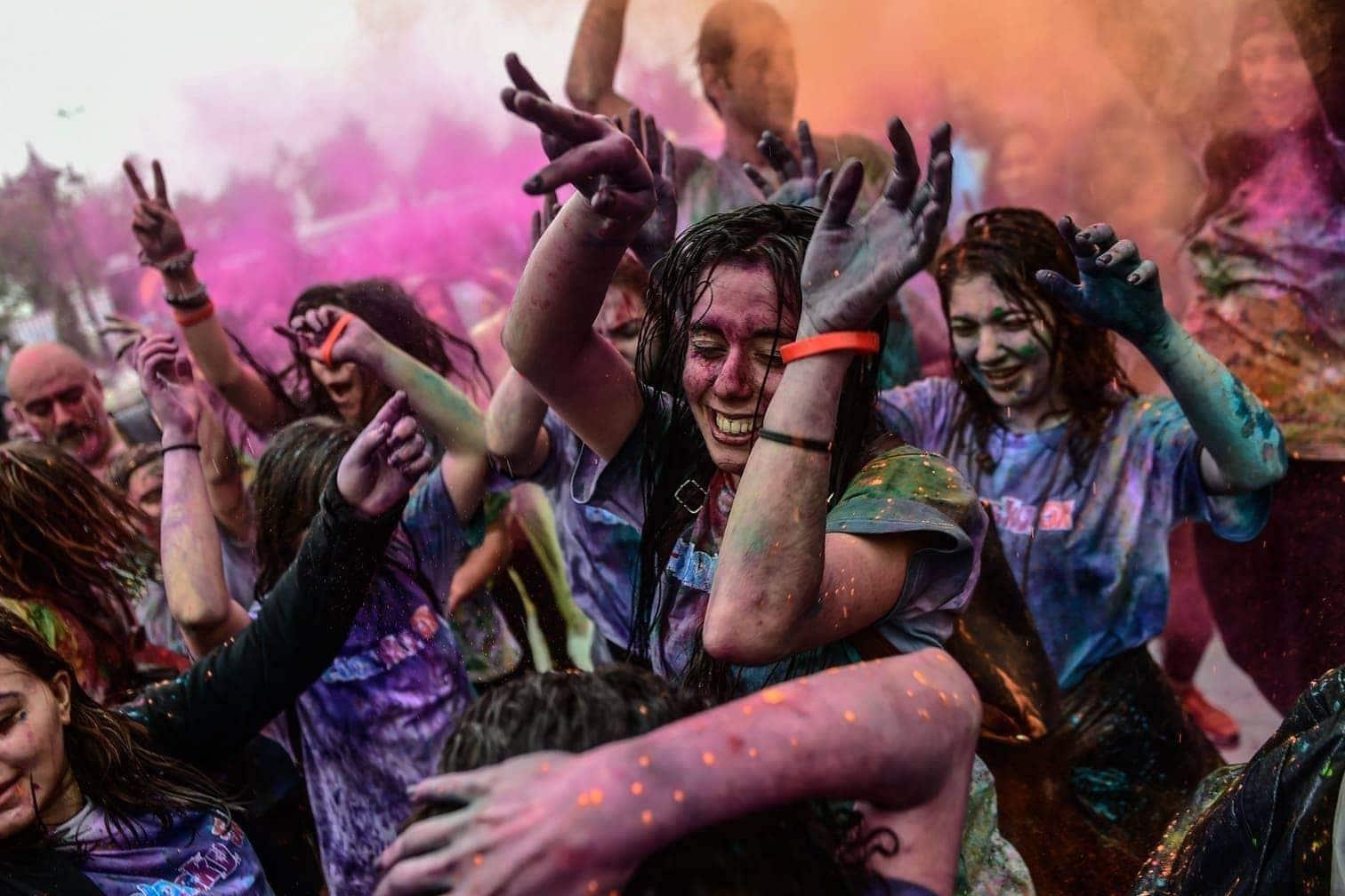 <p>Ausgelassen und voller Farbe: In Istanbul hat das Color Sky Festival die Massen begeistert.</p> Foto: afp