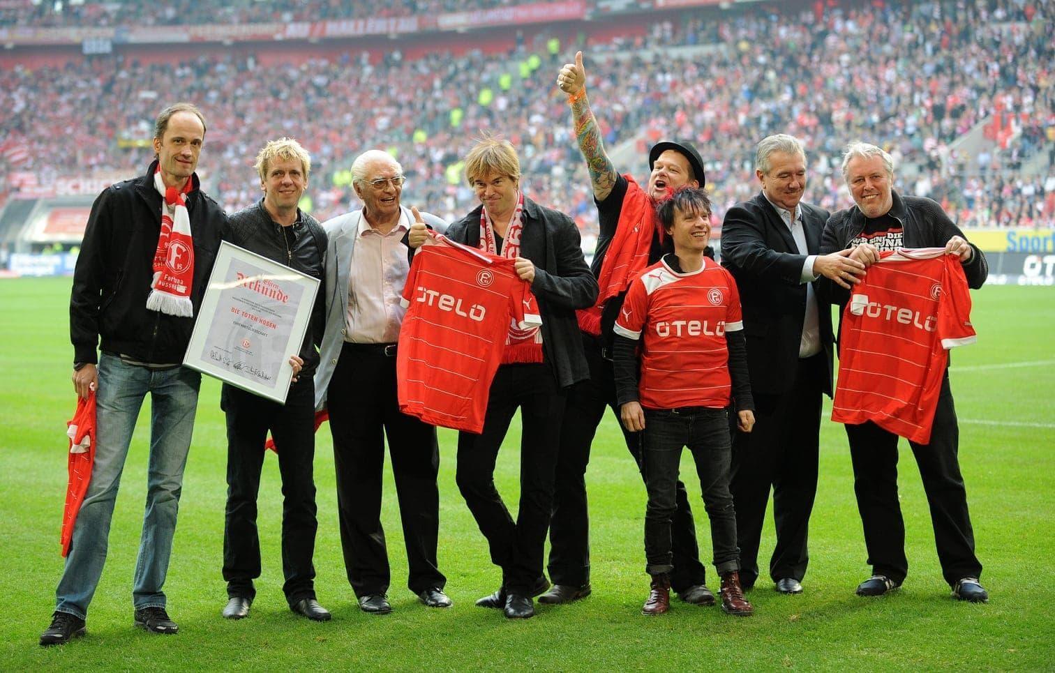 <p>Die Bundesliga zieht Woche für Woche Millionen von Fußball-Fans in ihren Bann. Doch wie steht es eigentlich um die Promis? Zu welchen deutschen Vereinen halten die Stars aus Musik