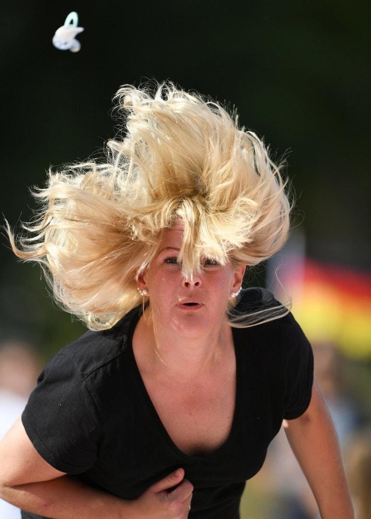 <p>Der neue Weltmeister im Schnuller-Spucken hat mit einer Nuckel-Flugweite von fast elf Metern einen Rekord aufgestellt. Titelverteidiger Philipp Schiefelbein aus Altenstadt (Hessen) führte seine Mannschaft