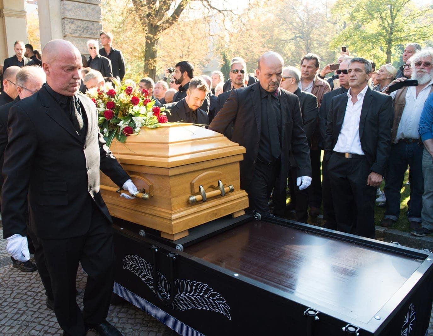 <p>Der ehemalige Box-Weltmeister Graciano Rocchigiani ist unter großer Anteilnahme auf dem Alten St. Matthäus-Friedhof in Berlin-Schöneberg beigesetzt worden.</p> Foto: Annegret Hilse/dpa