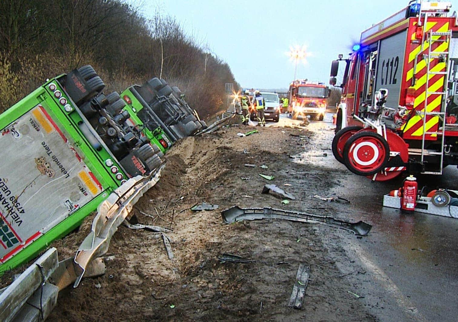 <p>Ein weiterer in den Unfall verwickelter Fahrer kam mit leichteren Blessuren davon.</p> Foto: dpa/Guido Schulmann
