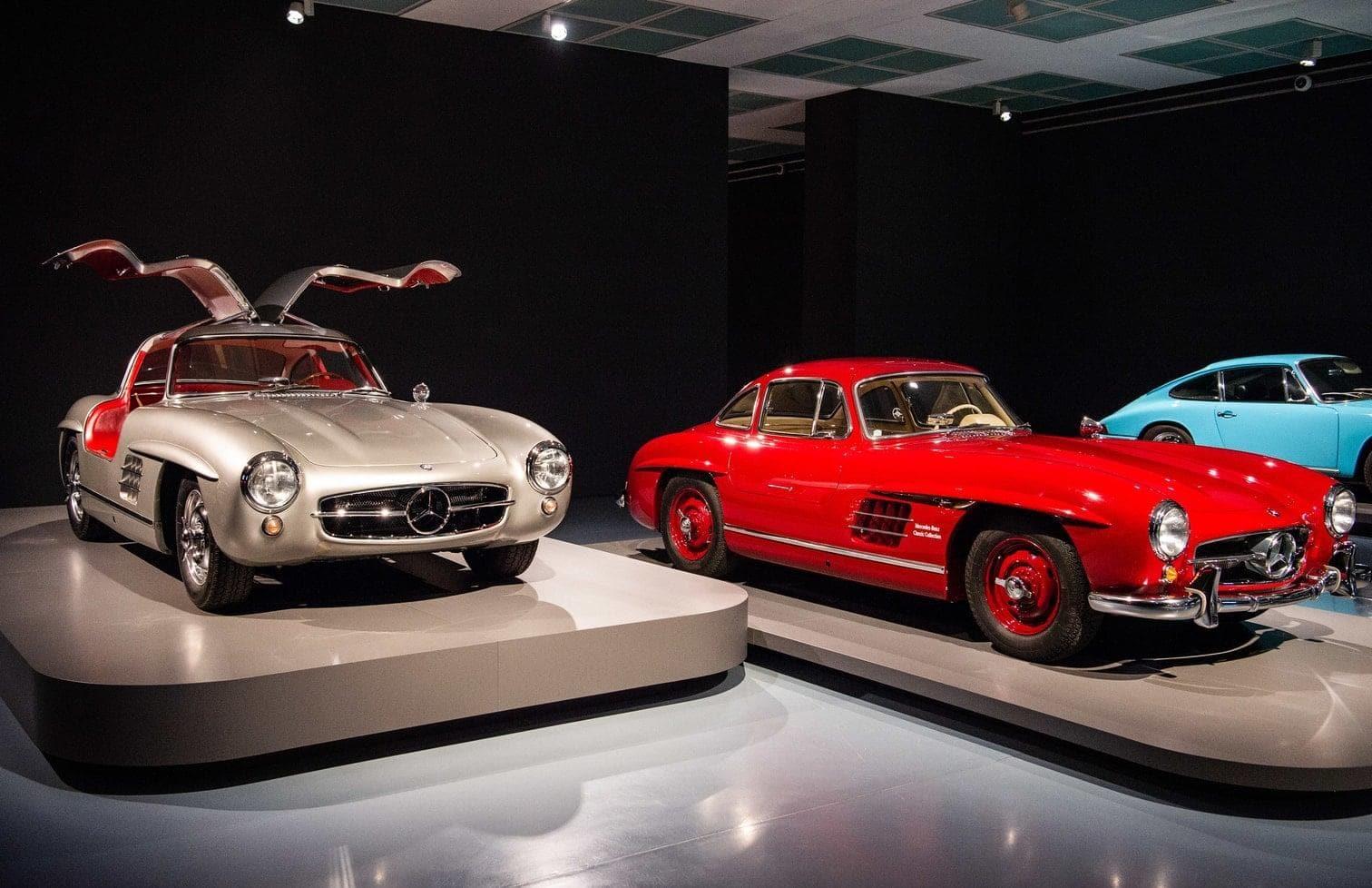 zwei Mercedes mit Flügeltüren und mehrere Porsche.</p> Foto: Christophe Gateau / dpa