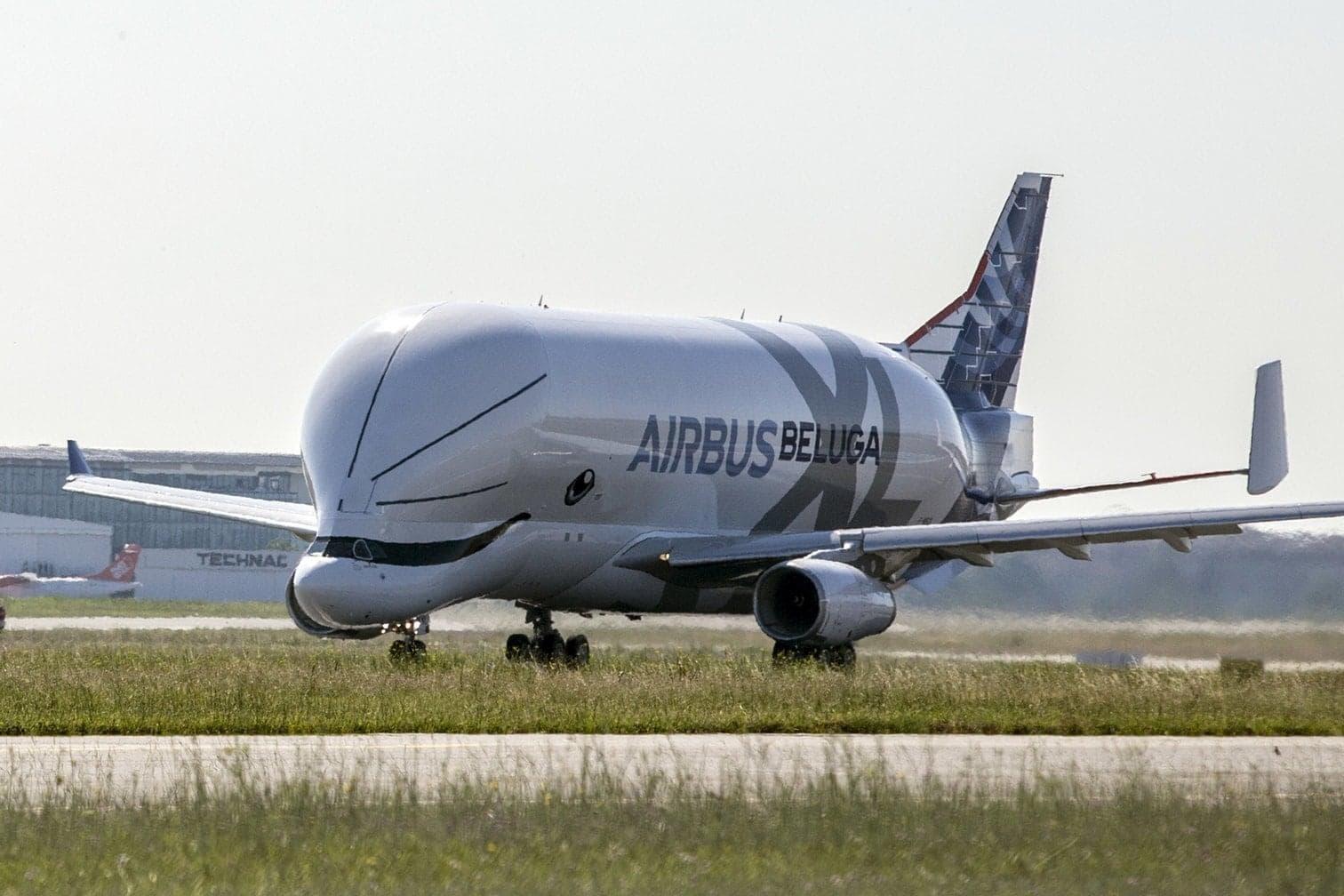<p>Der Frachtflieger mit der genauen Bezeichnung A330-743L Beluga XL soll von 2019 an den Beluga ST ersetzen und dann Flugzeugteile von einer Produktionsstätte zur nächsten transportieren.</p> Foto: dpa