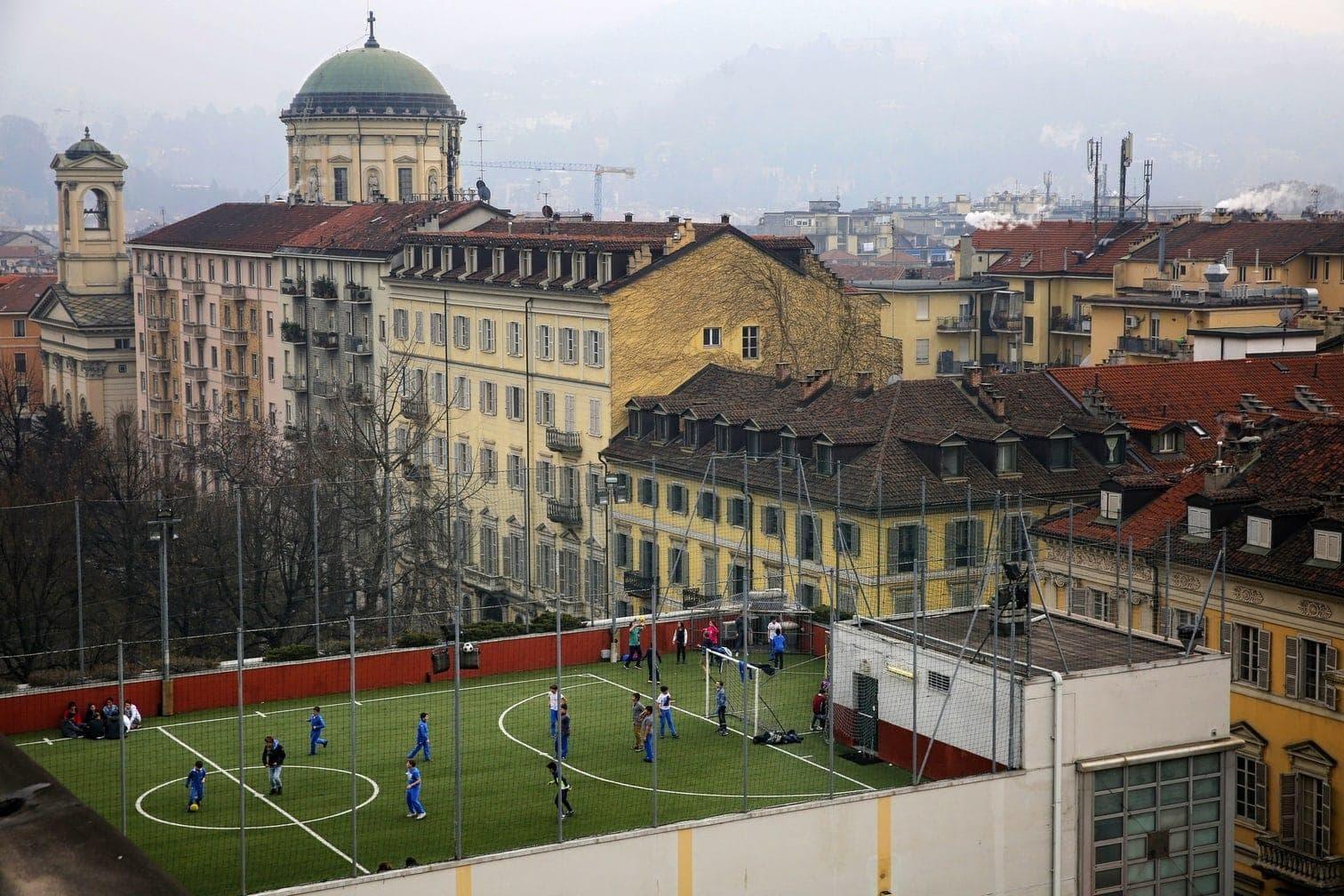 <p>Aufgenommen vom Mont de Gourze zeigt dieses Foto einen idyllisch gelegenen Fußballplatz direkt am Genfer See in Riez.</p> Foto: AFP