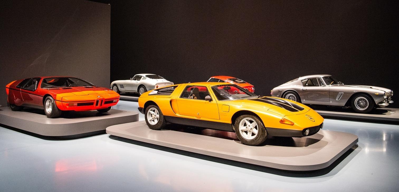 <p>Das Düsseldorfer Museum Kunstpalast widmet berühmten Sportwagen der 1950er bis 1970er Jahre eine eigene Ausstellung.</p> Foto: Christophe Gateau / dpa