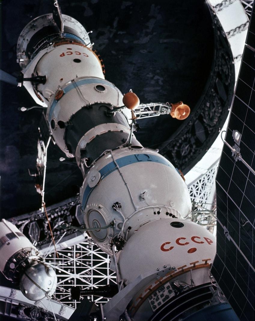 <p>SALJUT - Die Sowjetunion errichtete 1971 die erste bemannte Raumstation Saljut-1. Es folgten weitere. Mit der 1982 in den Orbit gebrachten Saljut-7 endete das Programm. Sie wurde bis 1986 genutzt und trieb noch einige Jahre um die Erde