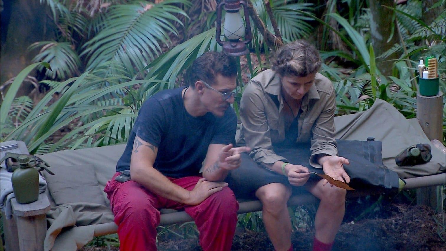 <p>Bastian klärt Evelyn am Feuer auf