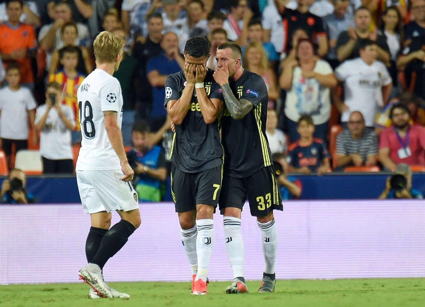 <p>Der Aufreger des Abends ereignete sich im Stadion Mestalla von Valencia. Nach einem Laufduell im gegnerischen Strafraum war zunächst Abwehrspieler Jeison Murillo zu Boden gegangen. Daraufhin griff Ronaldo ihm kurz in die Haare. Es kam zu einer Rudelbildung