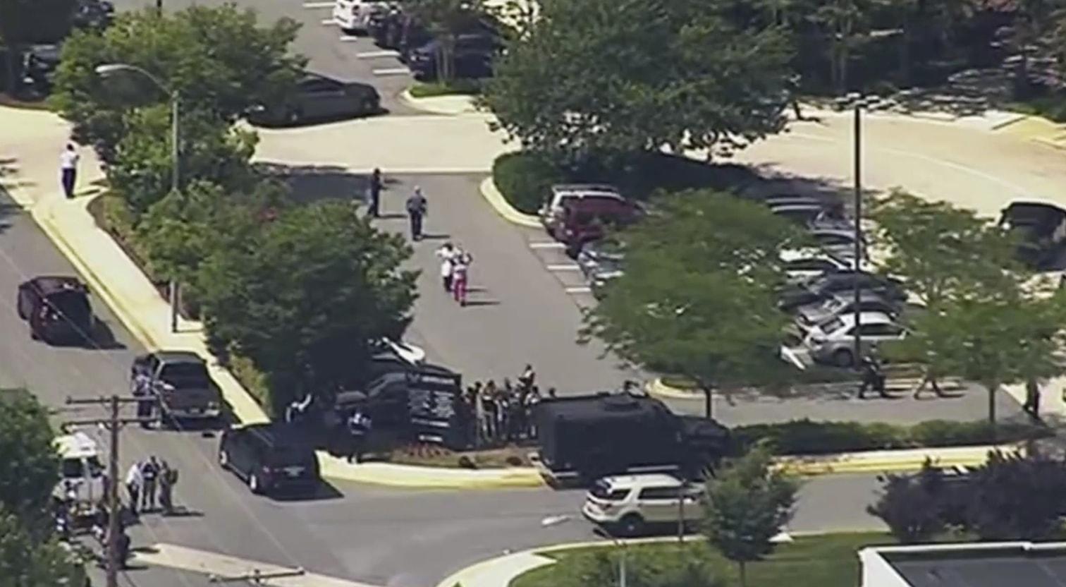 <p>In der Redaktion einer Lokalzeitung in der US-Stadt Annapolis sind am Donnerstag mindestens fünf Menschen erschossen worden. Die Polizei geht von einem Einzeltäter aus. Er sei festgenommen worden und werde vernommen. Mehrere Menschen erlitten Verletzungen