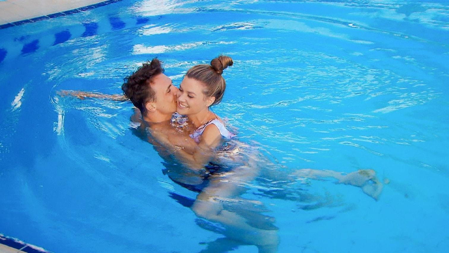"""<p>Da scheint eine Abkühlung dringend angebracht! Maxim geht beim Einzeldate mit Bachelorette Nadine in die Flirt-Offensive und fragt beim Techtelmechtel im Pool ganz cool: """"Willst du mich küssen?""""</p> Foto: MG RTL D"""