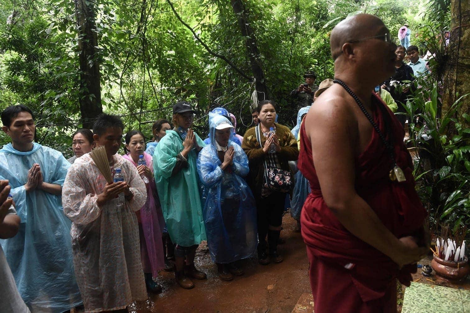 wie die thailändischen Behörden am Dienstag mitteilten. Mit Sauerstoffflaschen und Essensrationen ausgestattete Marine-Taucher durchsuchten seit dem frühen Dienstagmorgen die Höhle in der Provinz Chiang Rai.</p> Foto: AFP