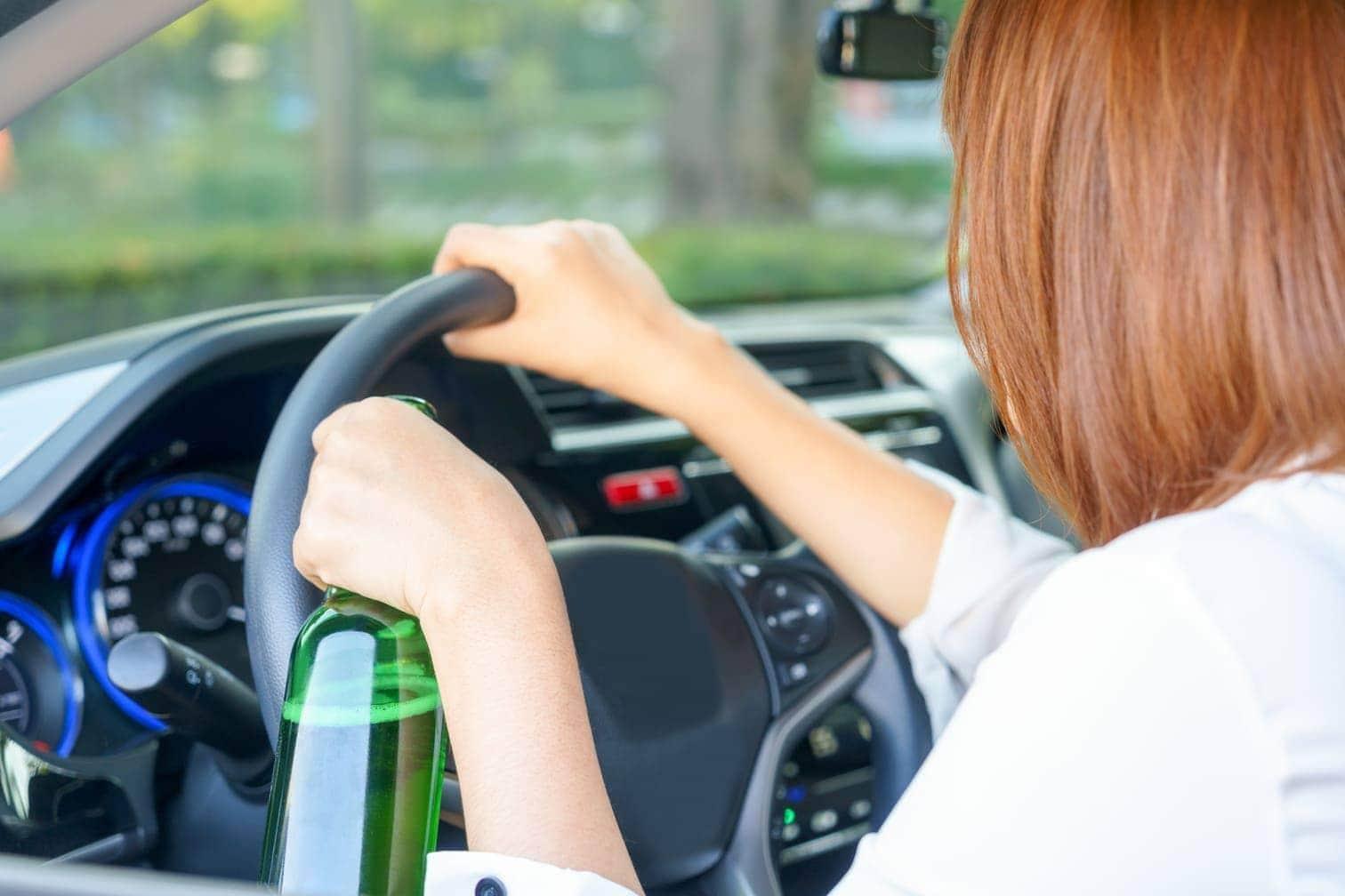 Mutter fährt betrunken mit ihren zwei Kindern im Auto vor Ampelmast