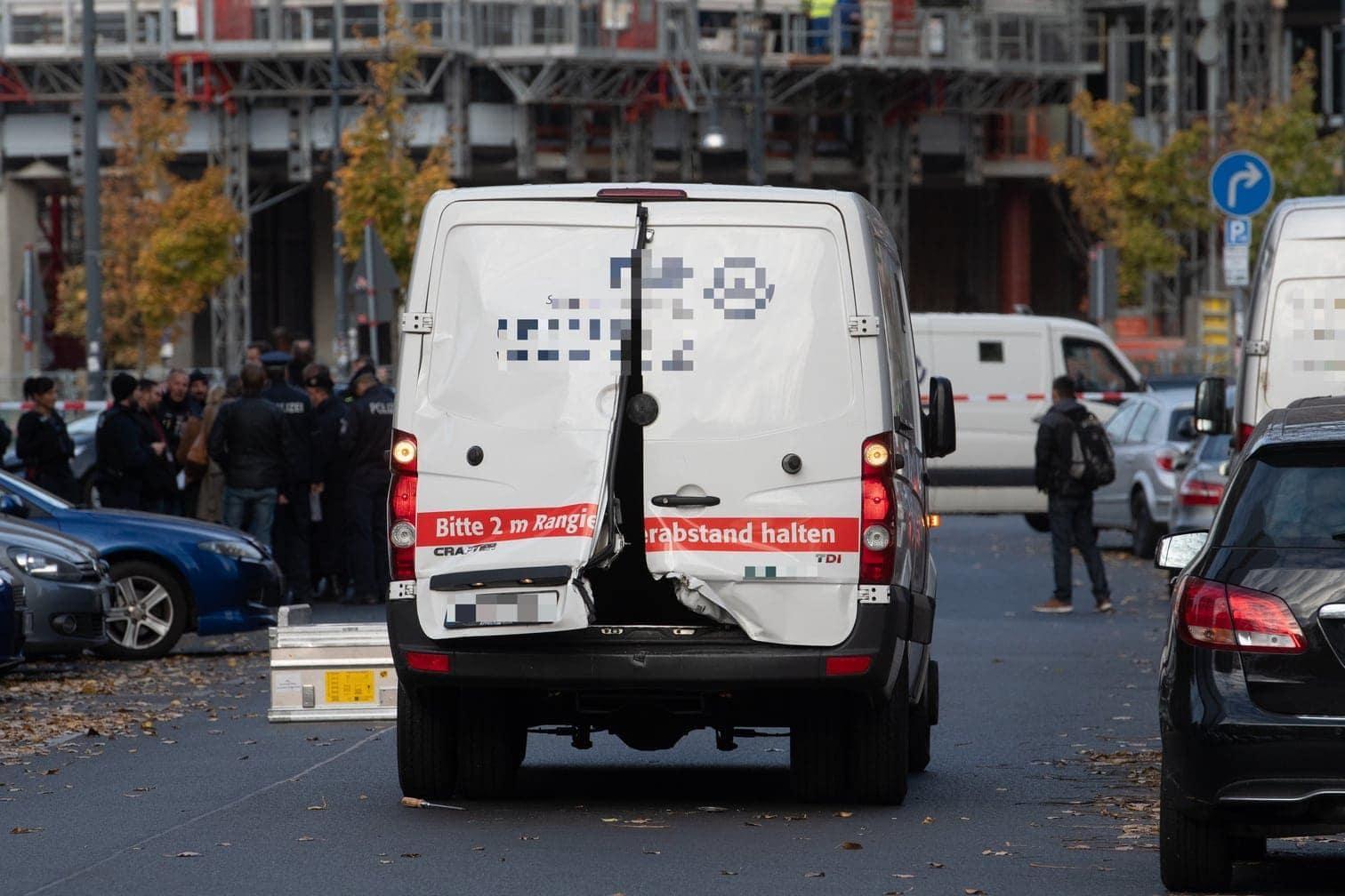 <p>Der Geldtransporter stand auf der Alexanderstraße auf der Fahrbahn. Die hintere Tür des Kastenwagens war geborsten.</p> Foto: Paul Zinken/dpa