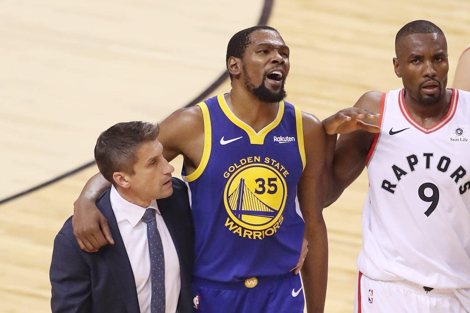 Die Golden State Warriors haben ihre Chancen auf den dritten Meistertitel in Folge in der Basketball-Profiliga NBA erhalten. Die Kalifornier verkürzten ihren Rückstand in der Finalserie gegen die Toronto Raptors auf 2:3