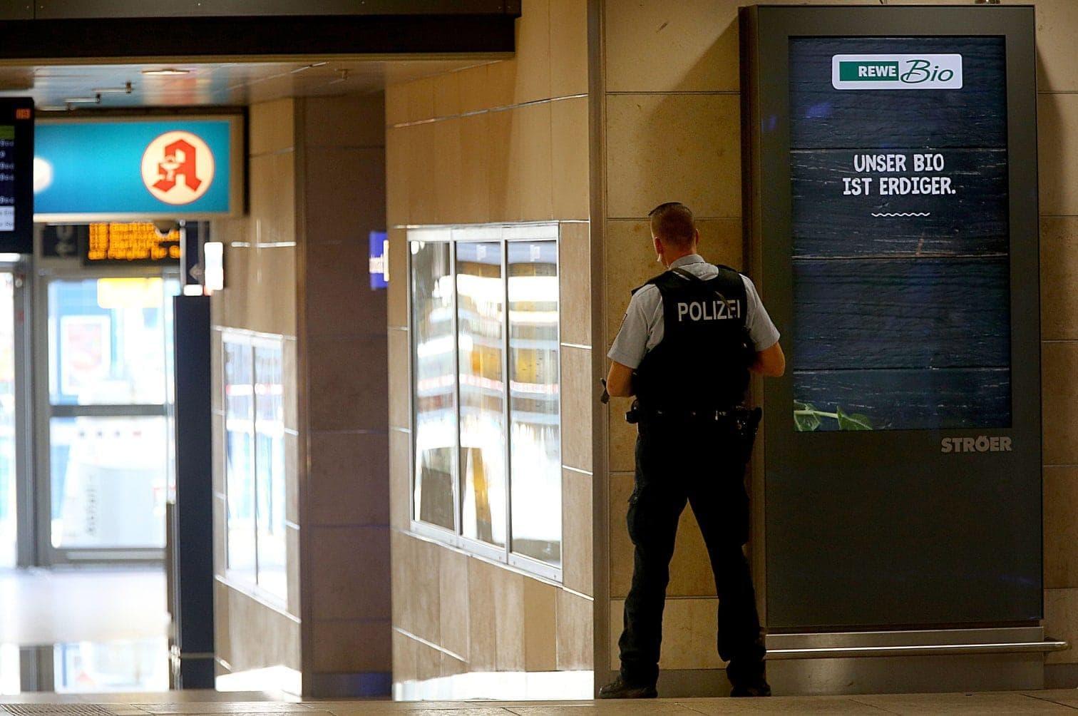 <p>Die Polizei ist mit zahlreichen Kräften vor Ort und hat Kontakt zu dem Geiselnehmer.</p> Foto: dpa/Oliver Berg