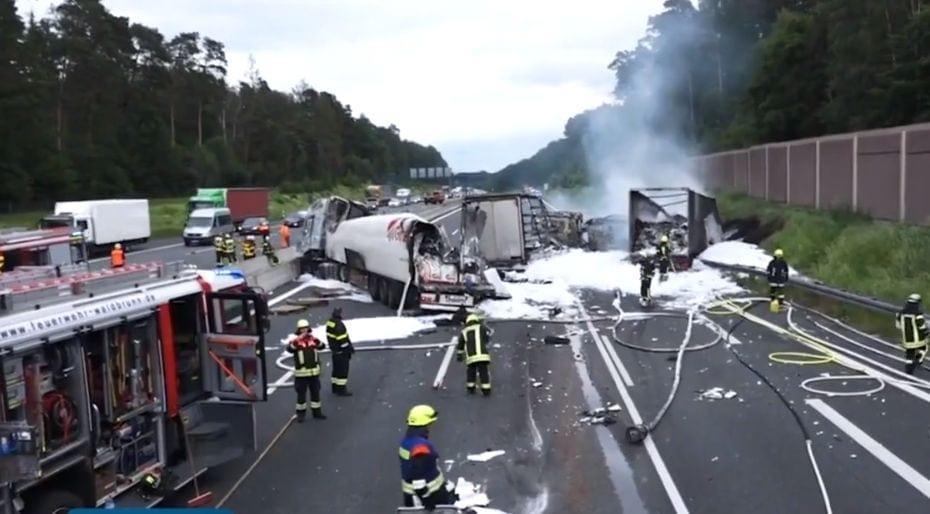 Schwerer Unfall auf A3: Lkw rast in Stauende – Lastwagen
