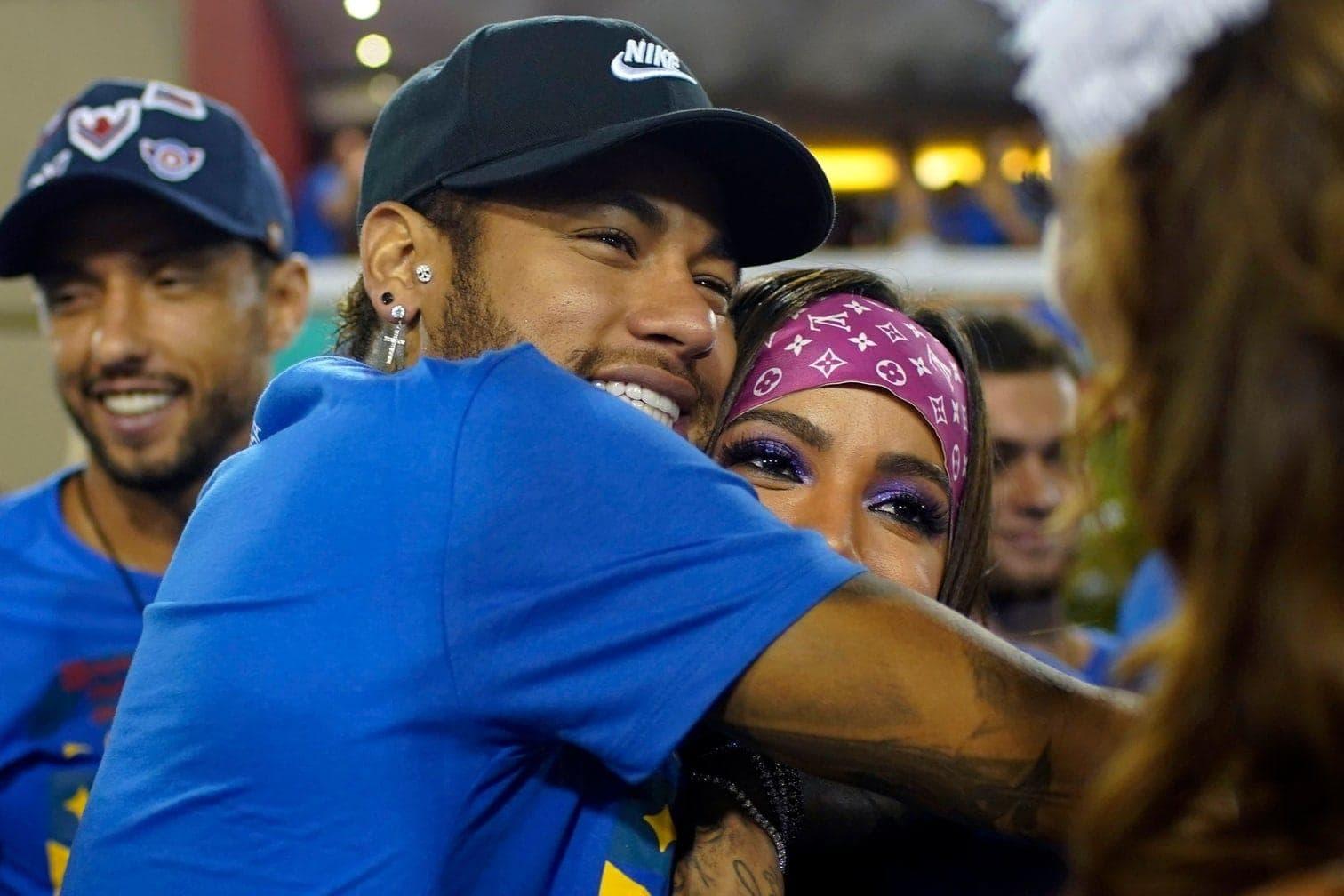 <p>An Neymars Seite: Sängerin Anitta und seine Mutter Nadine.</p> Foto: Mauro Pimentel/dpa