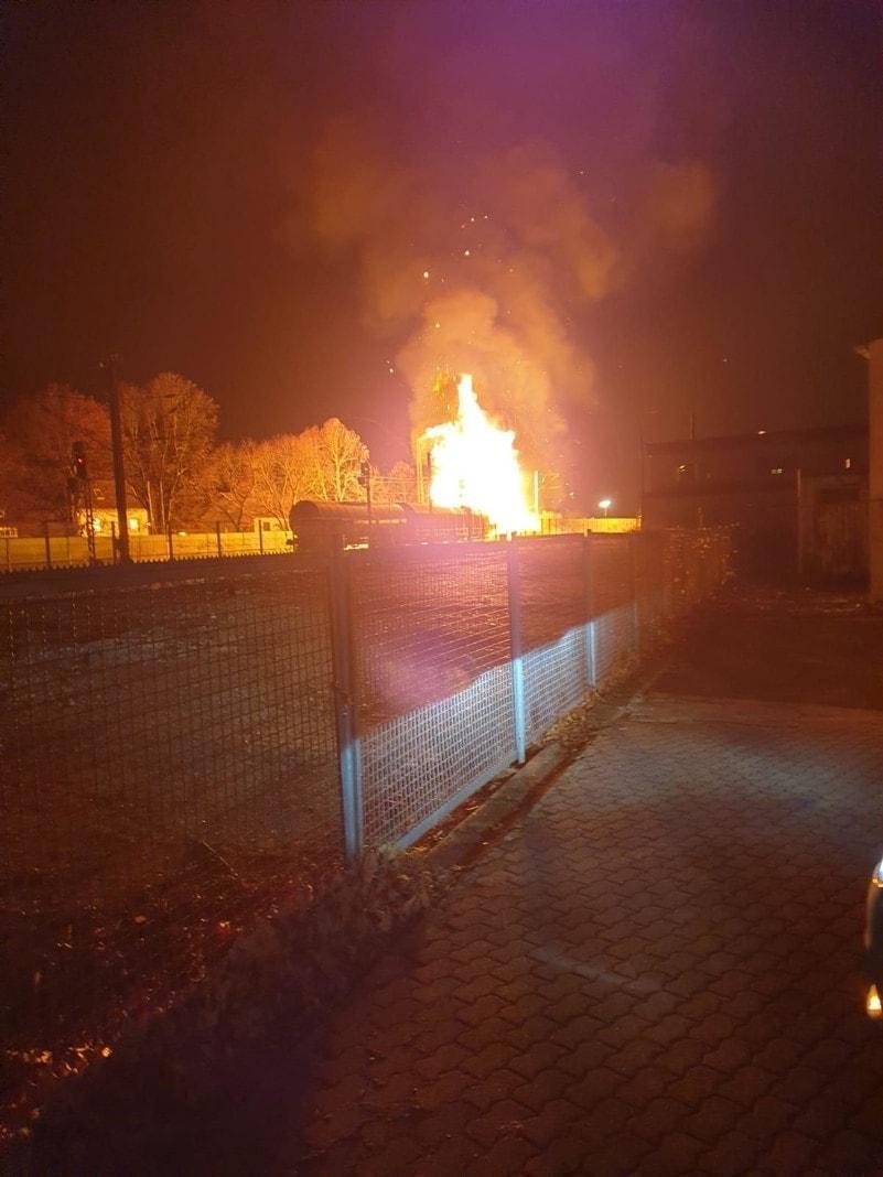 <p>Der Brand zweier mit Spraydosen beladener G&uuml;terwaggons im rheinland-pf&auml;lzischen Unkel ist nach ersten Erkenntnissen der Bundespolizei von hei&szlig;gelaufenen Bremsen ausgel&ouml;st worden.</p> Foto: dpa/Frank Homann