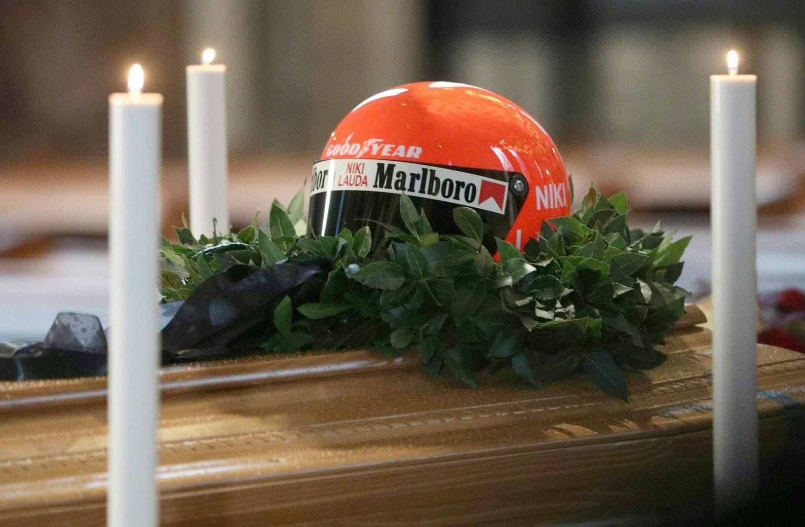 Zahlreiche Fans haben sich in Wien von der verstorbenen Motorsport-Legende Niki Lauda verabschiedet. Foto: Georg Hochmuth/dpa