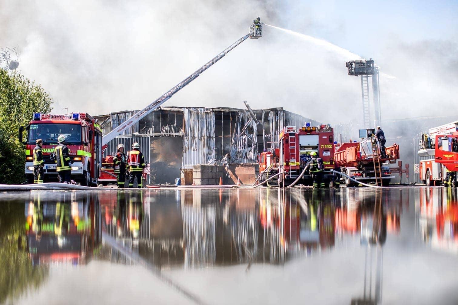 <p>Am späten Sonntagnachmittag sagte ein Sprecher der Feuerwehr