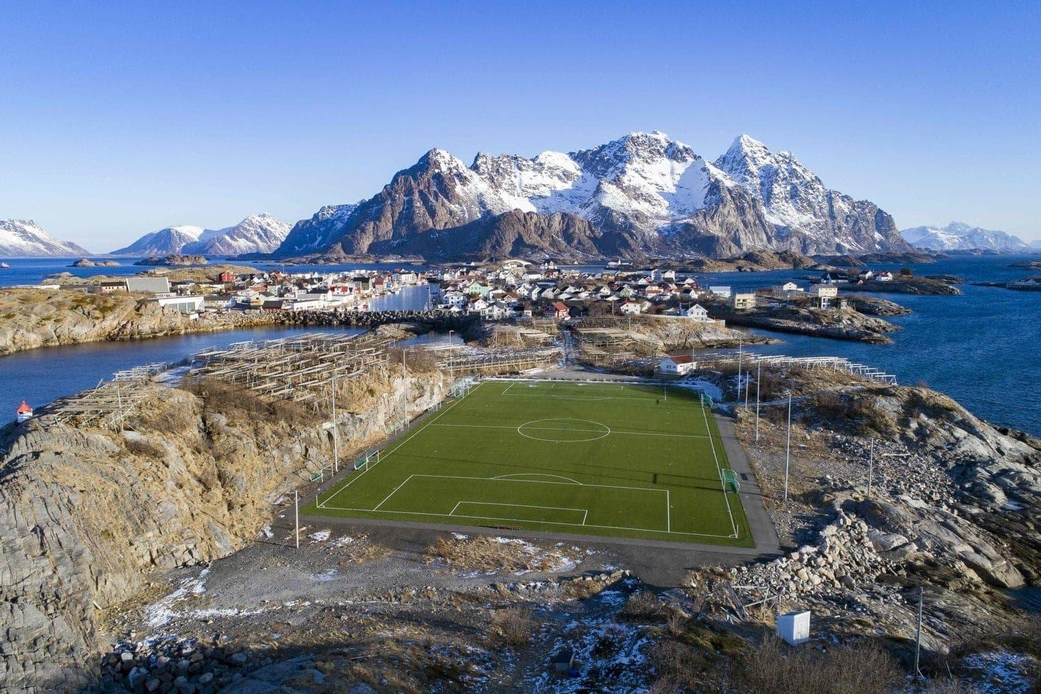 <p>Was für eine Aussicht! Das Stadion des FC Henninsvaer in Norwegen auf den Lofoten Islands am nördlichen Polakreis.</p> Foto: AFP