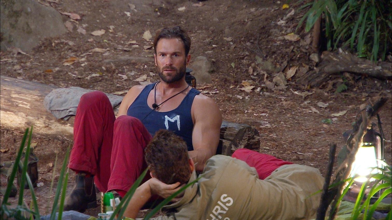"""<p>Dass wir das noch erleben dürfen: Bastian und Chris plaudern wie alte Freunde ganz entspannt am Lagerfeuer. Doch die beiden Strategen bleiben sich treu und checken ihre Mitcamper in Bezug auf deren Siegeschancen durch. """"Ich sehe Peter als starken Favorit"""""""