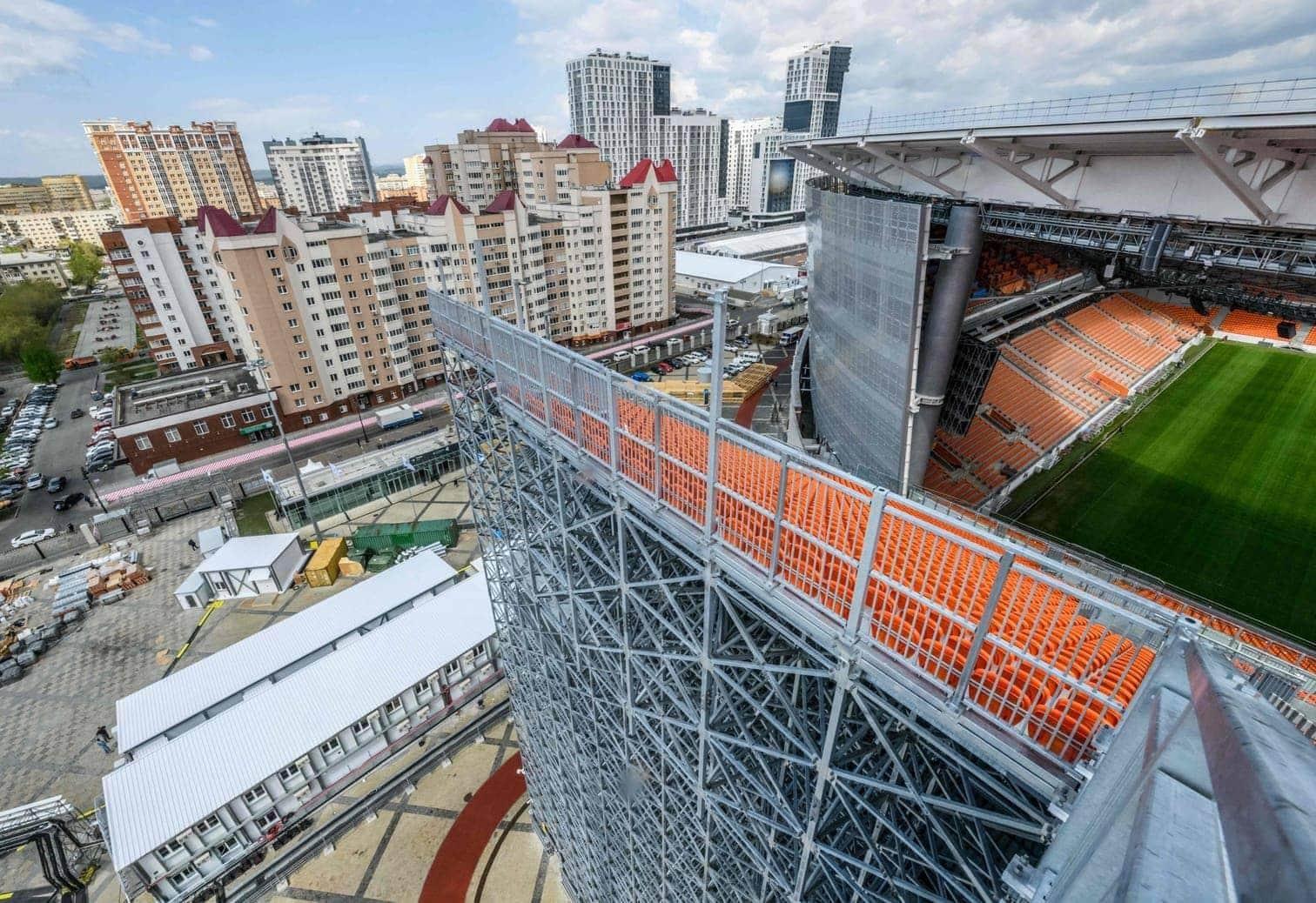 <p>Rund um die neo-klassizistische Fassade der alten Arena wurde das neue Stadion gebaut. Markant sind die Hinter-Tor-Tribünen
