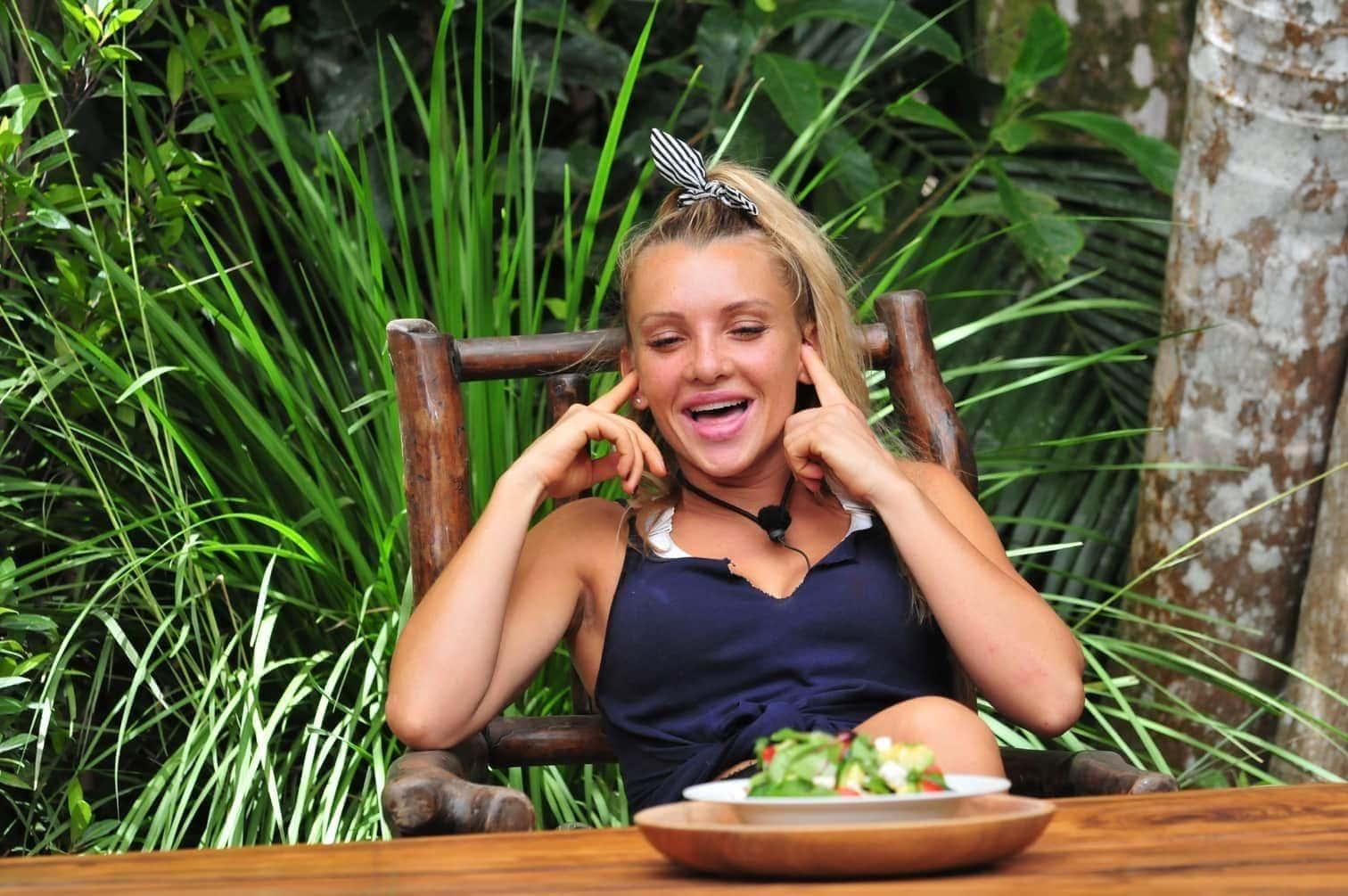 Feta und schwarzen Oliven serviert wird. Evelyn lehnt mit sehnsüchtigem Blick ab und bekommt einen Teller mit Busch-Schweinelunge vor sich auf den Tisch gestellt.</p> Foto: TV Now / Stefan Menne