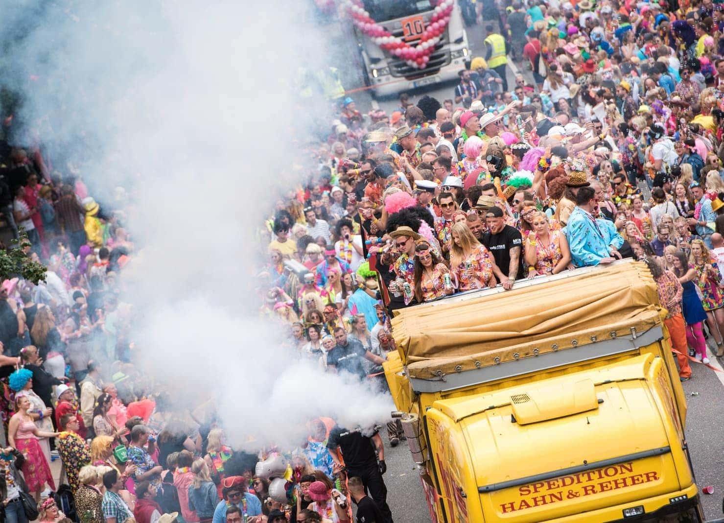 <p>Für die 22. Ausgabe des &bdquo;Karnevals des Nordens&ldquo; rechneten die Veranstalter laut einem Sprecher bis zum Abend mit etwa 400.000 Besuchern.</p> Foto: dpa