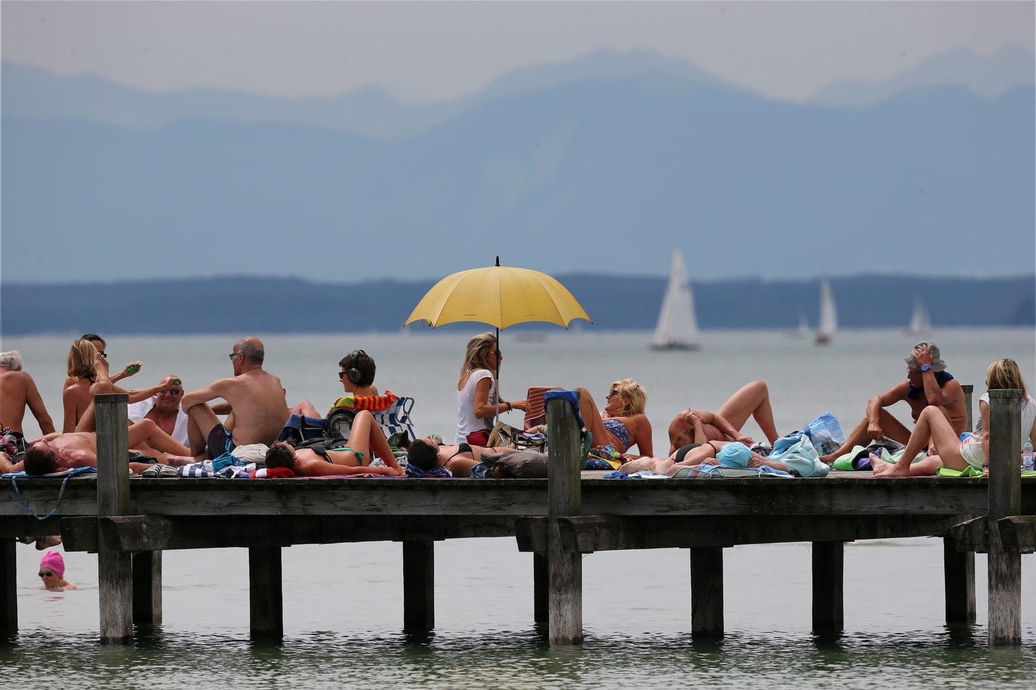 <p>Zahlreiche Badegäste liegen auf einem Steg am Starnberger See. Sonne und Temperaturen von knapp 30 Grad Celsius locken die Menschen an.</p> Foto: dpa