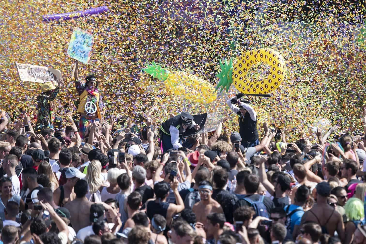 <p>Die Street Parade ist eine der weltgrößten Musik-Parties. Die Besucher zeigten auch dieses Jahr viel Glitzer und Haut. Doch knapp unter der hedonistischen Oberfläche lauert die harte Realität.</p> Foto: dpa