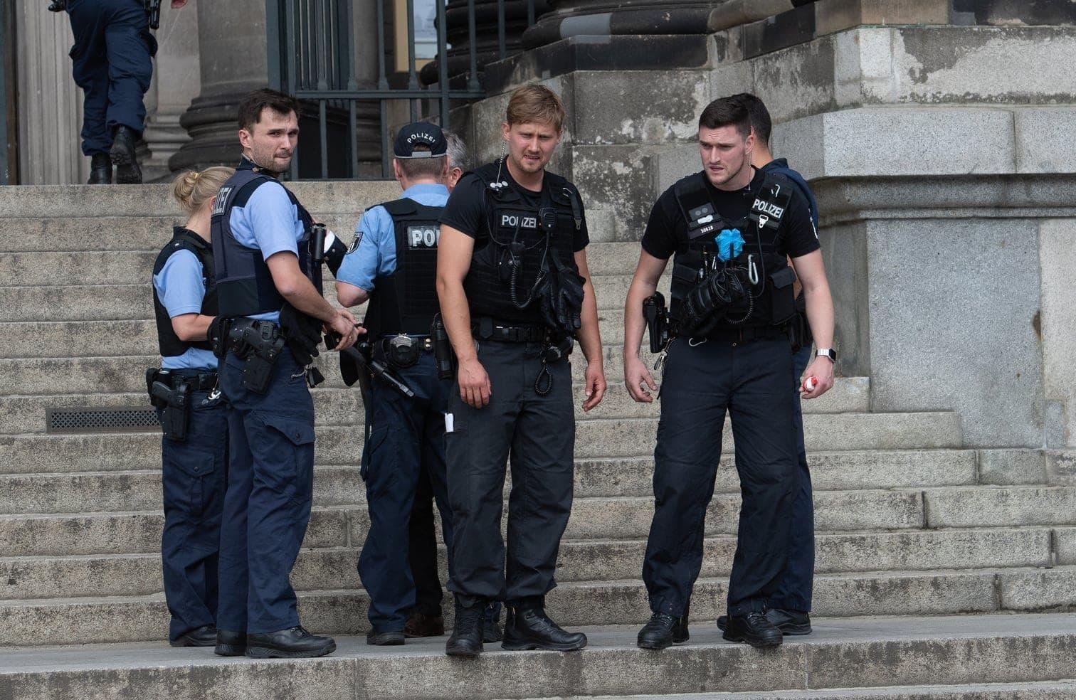 <p>Polizisten stehen auf der Treppe des Eingangs zum Berliner Dom. Im Berliner Dom soll ein Polizist am Sonntagnachmittag auf einen Mann geschossen haben.</p> Foto: dpa