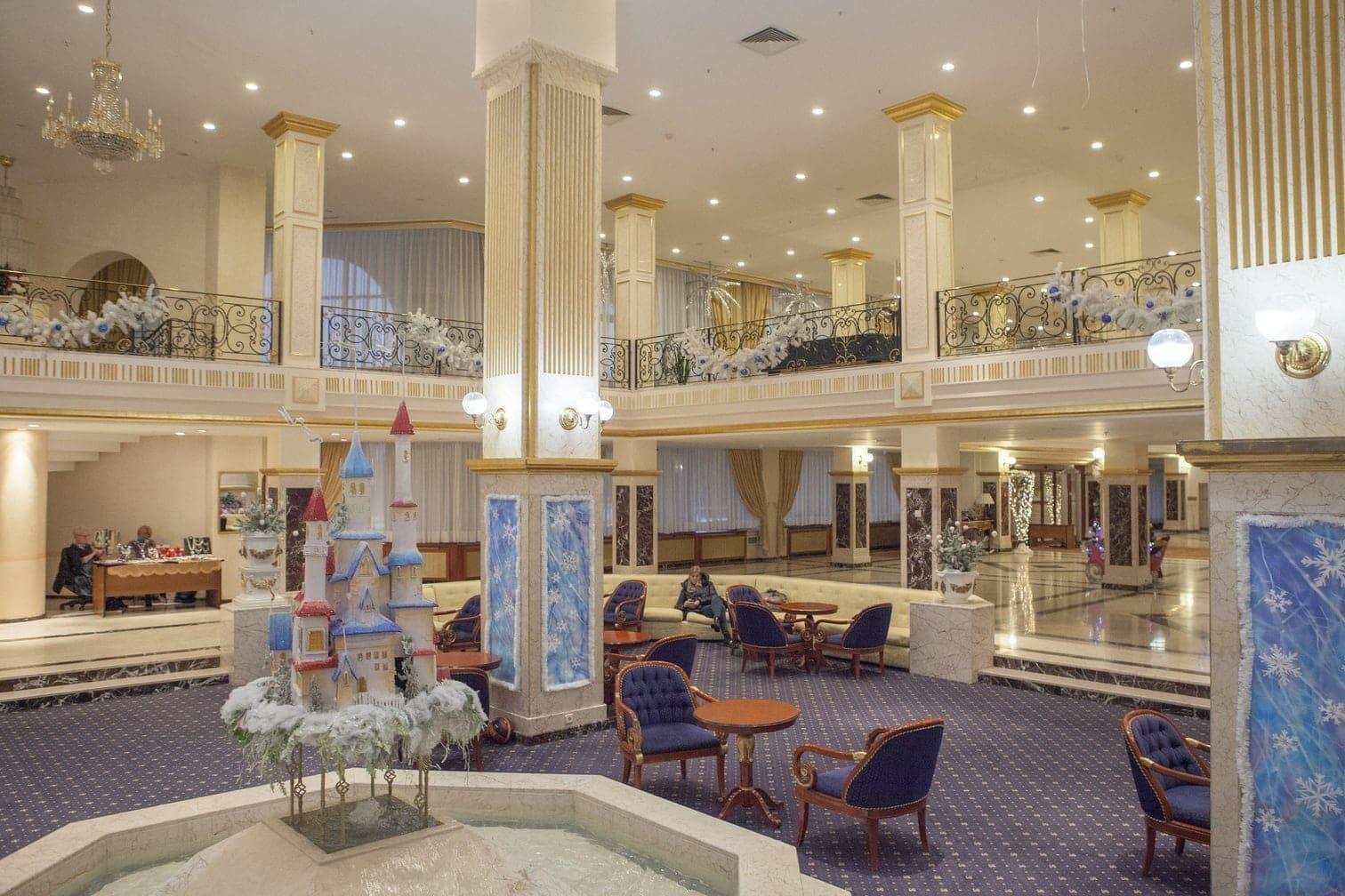 <p>So sieht die Lobby des Watutinki Spa-Hotels aus. Hier residiert die deutsche Nationalmannschaft während der Fußball-WM in Russland.</p> Foto: dpa